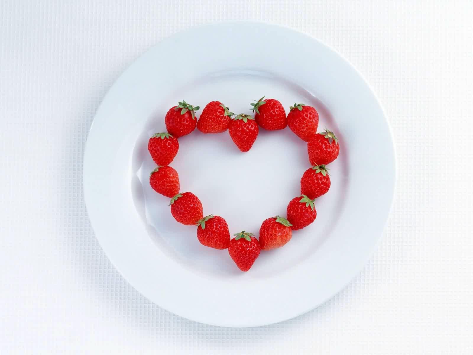 Клубника, сердце на тарелке, фото, обои