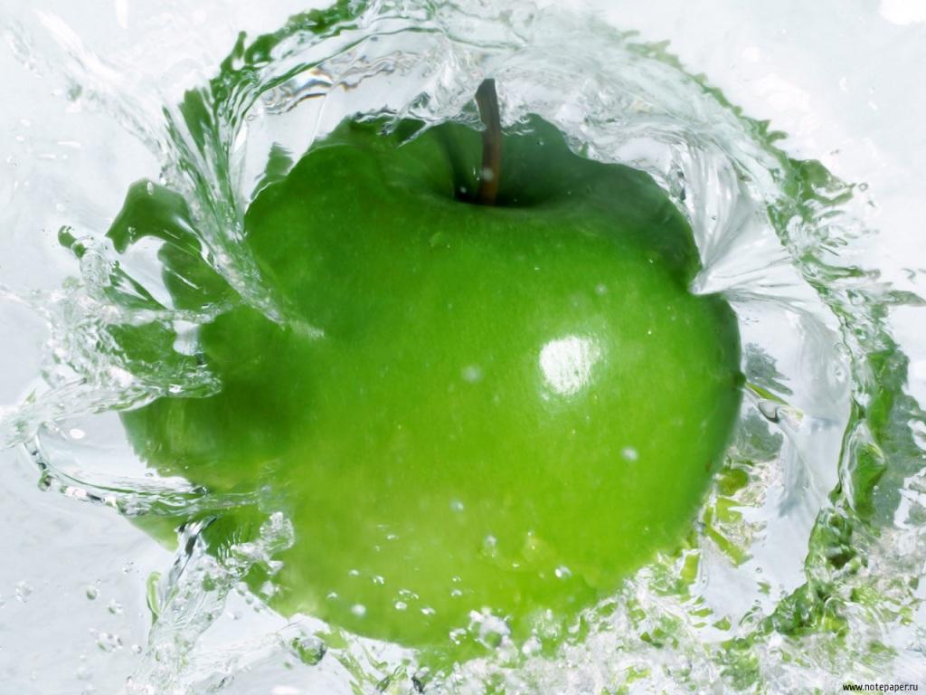 зеленое яблоко в воде, обои