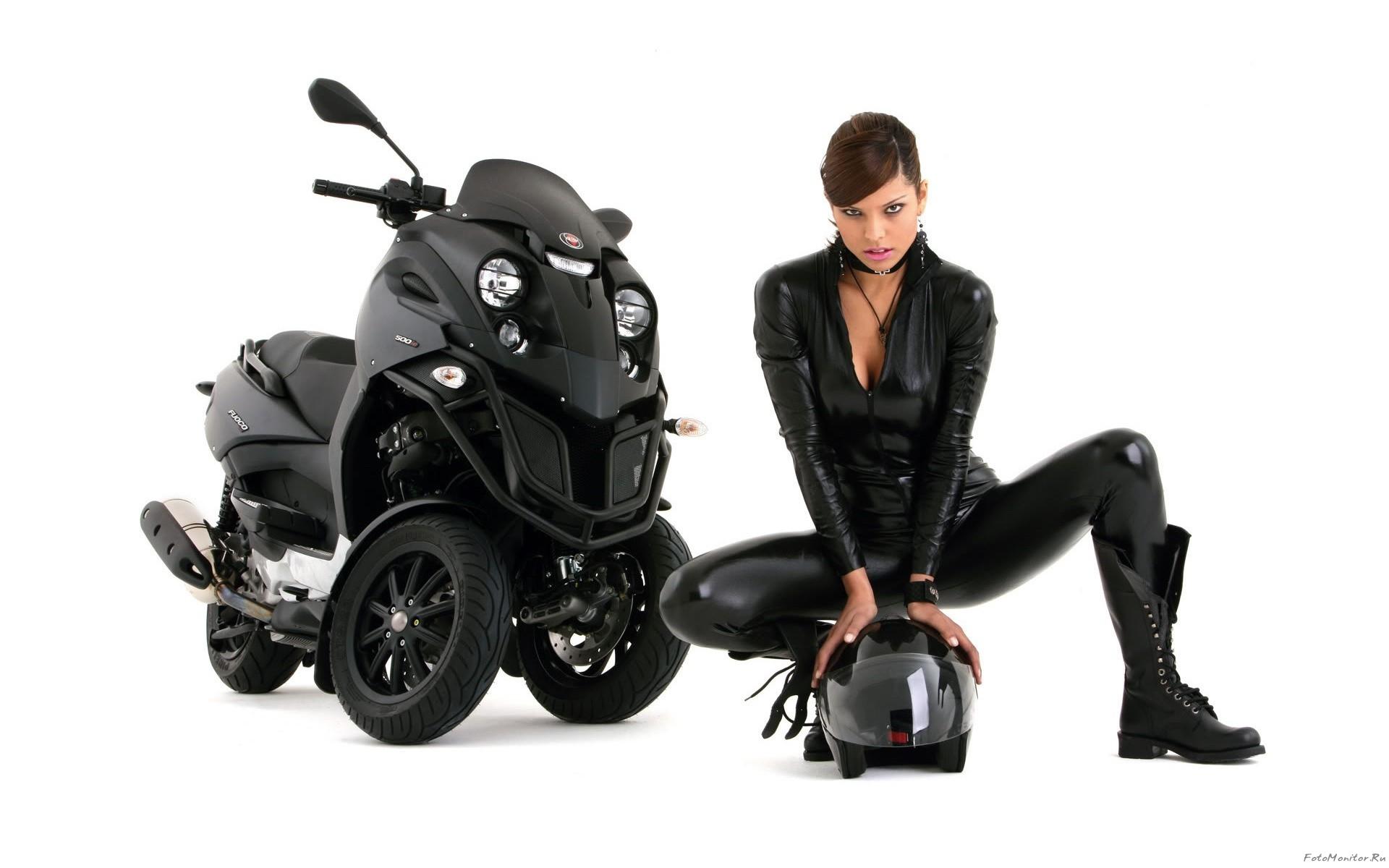 Девушка со шлемом в черном и байк