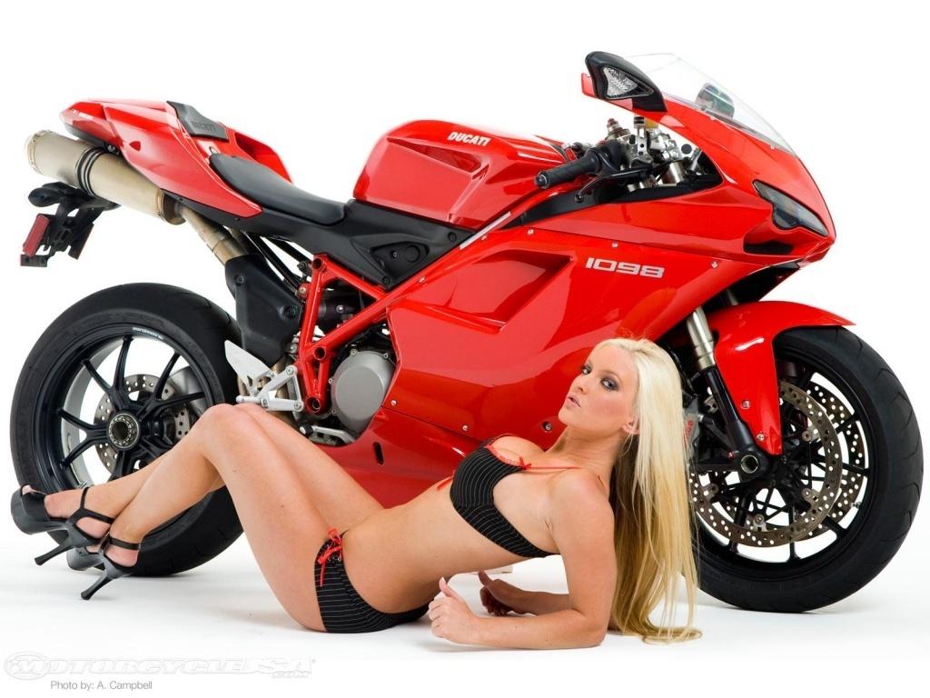 Красный мотоцикл и девушка