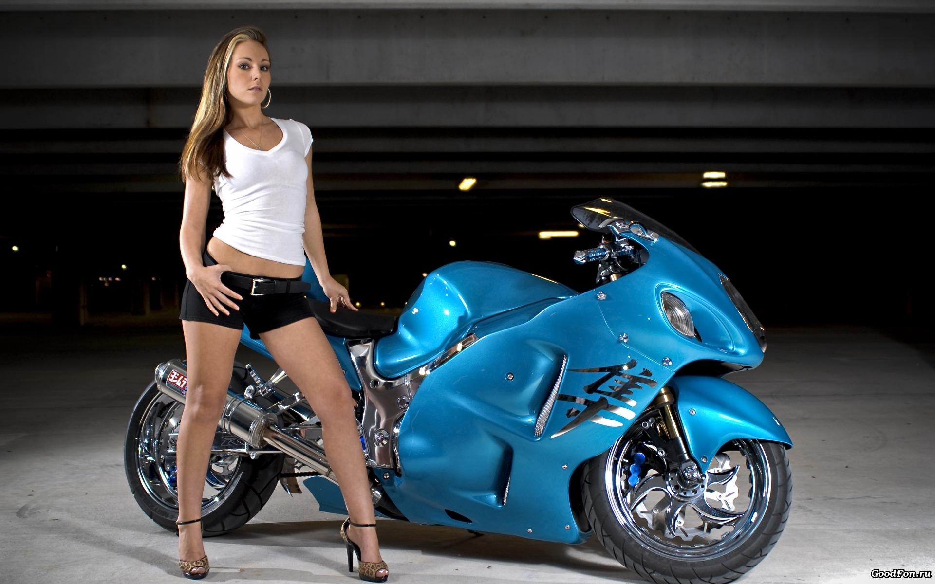 Красивая девушка и мотоцикл