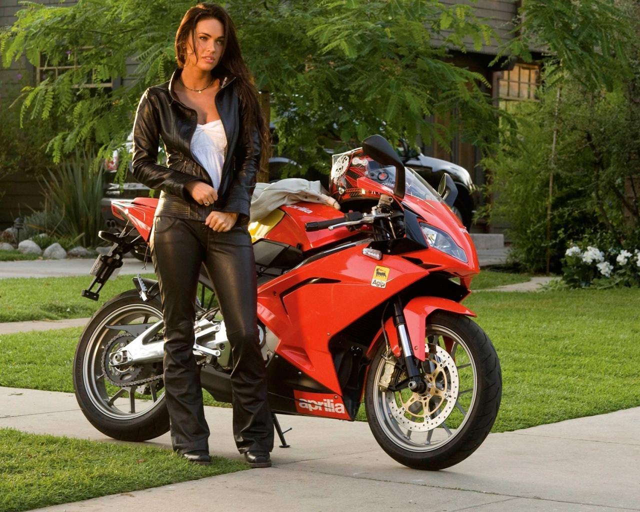 Девушка и мотоцикл, красивое фото