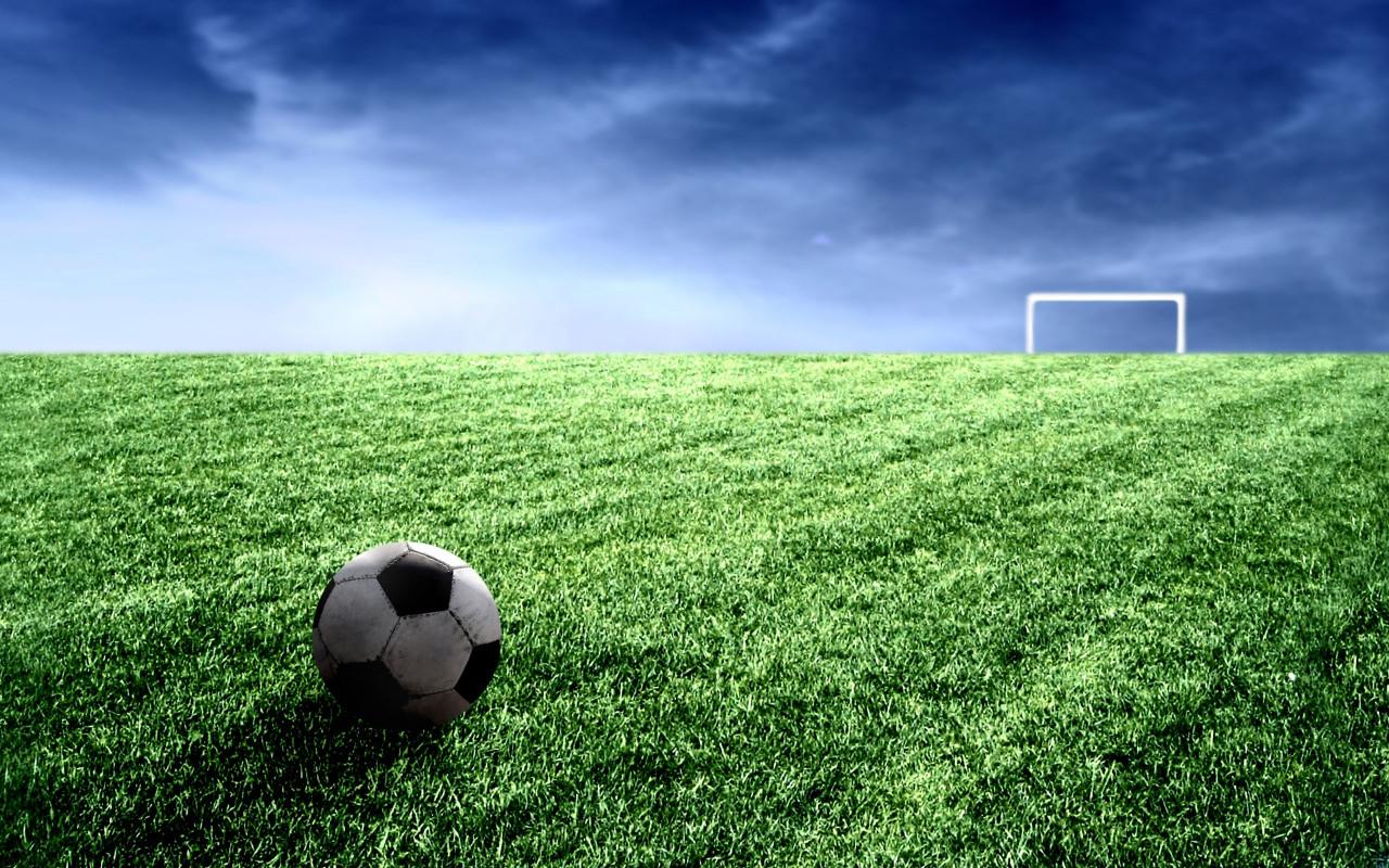 футбольно поле, залаеная трава, мяч, обои для рабочего стола