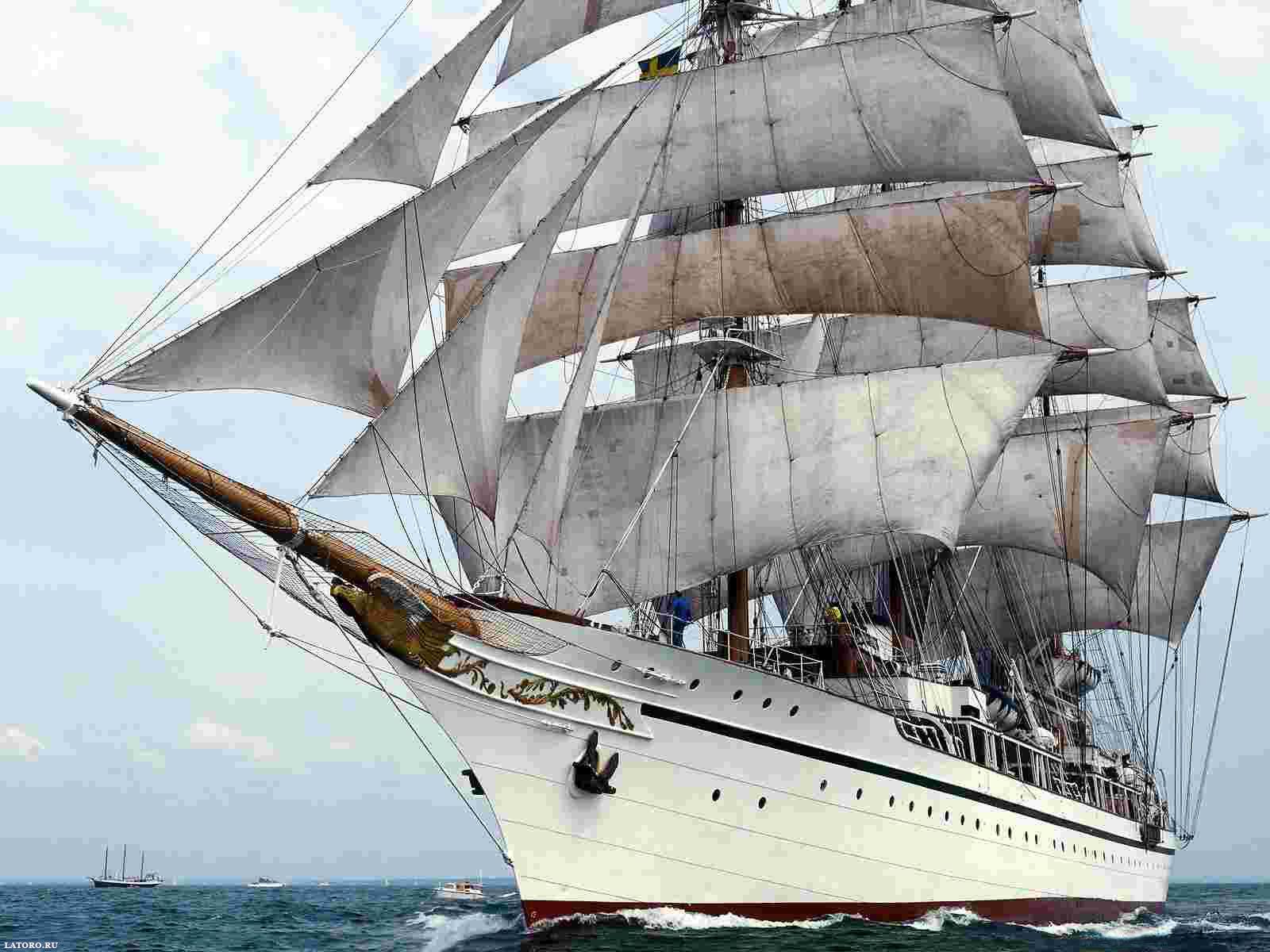 Белый корабль с парусами в море, парусник, фрегат
