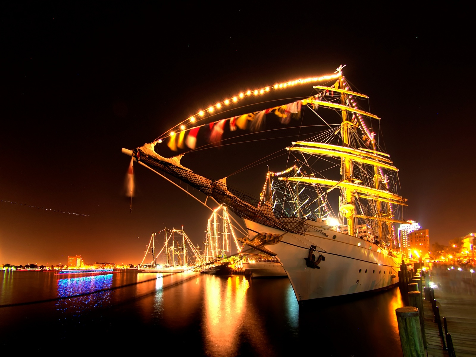 Цветной корабль, фонари, причал, ночь, красиво, корабли, обои