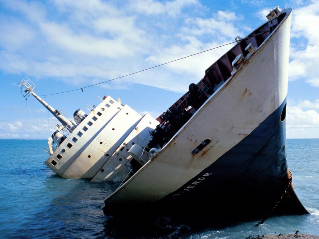 Затонувший корабль в море, лайнер, обои на рабочий стол