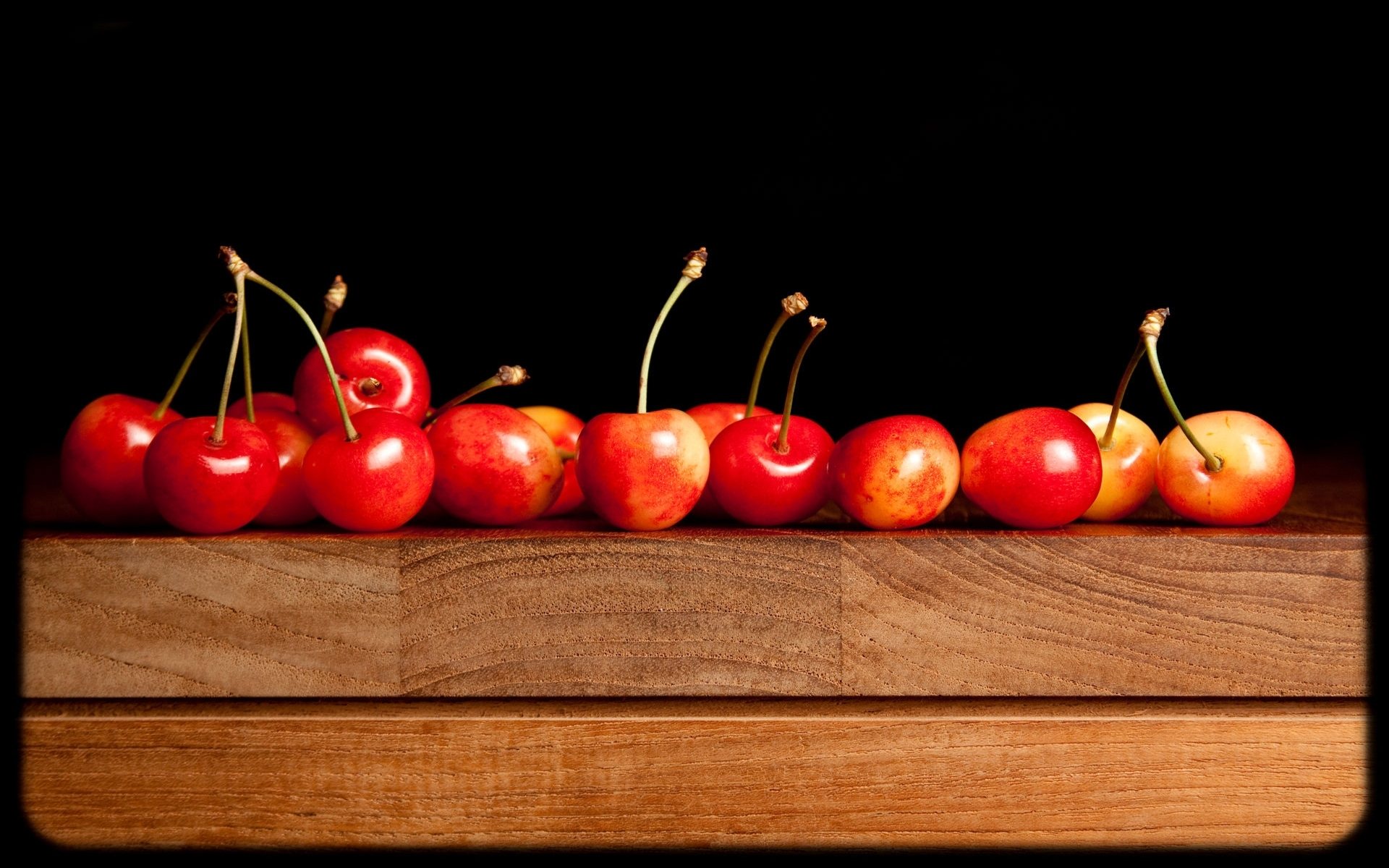 фото вишня, черешня на столе, обои для рабочего стола