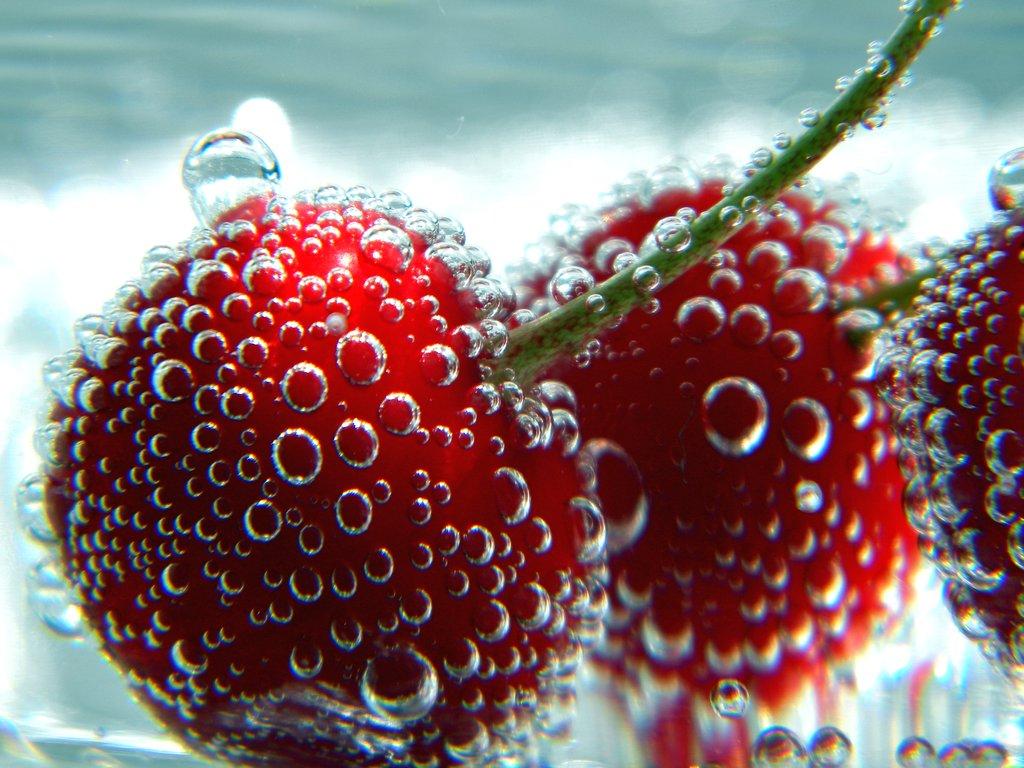 вишня в воде с пузырьками, фото, обои для рабочего стола
