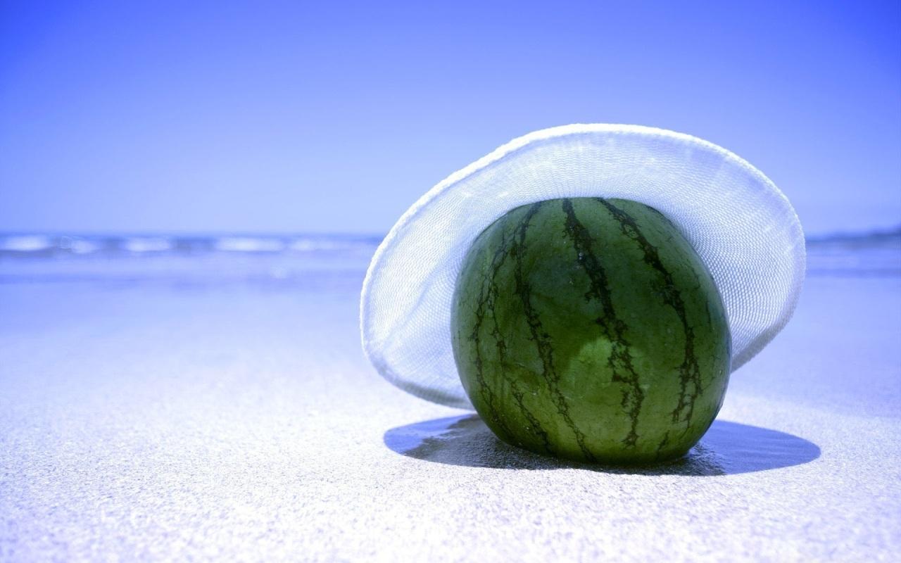 арбуз на песке, пляж, шляпа, фото, скачать