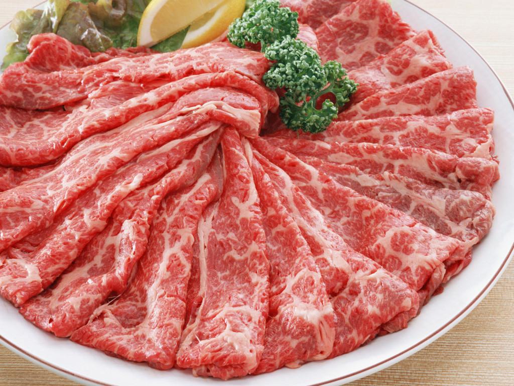 Свежее мясо, говядина, нарезанная кусочками, вырезка