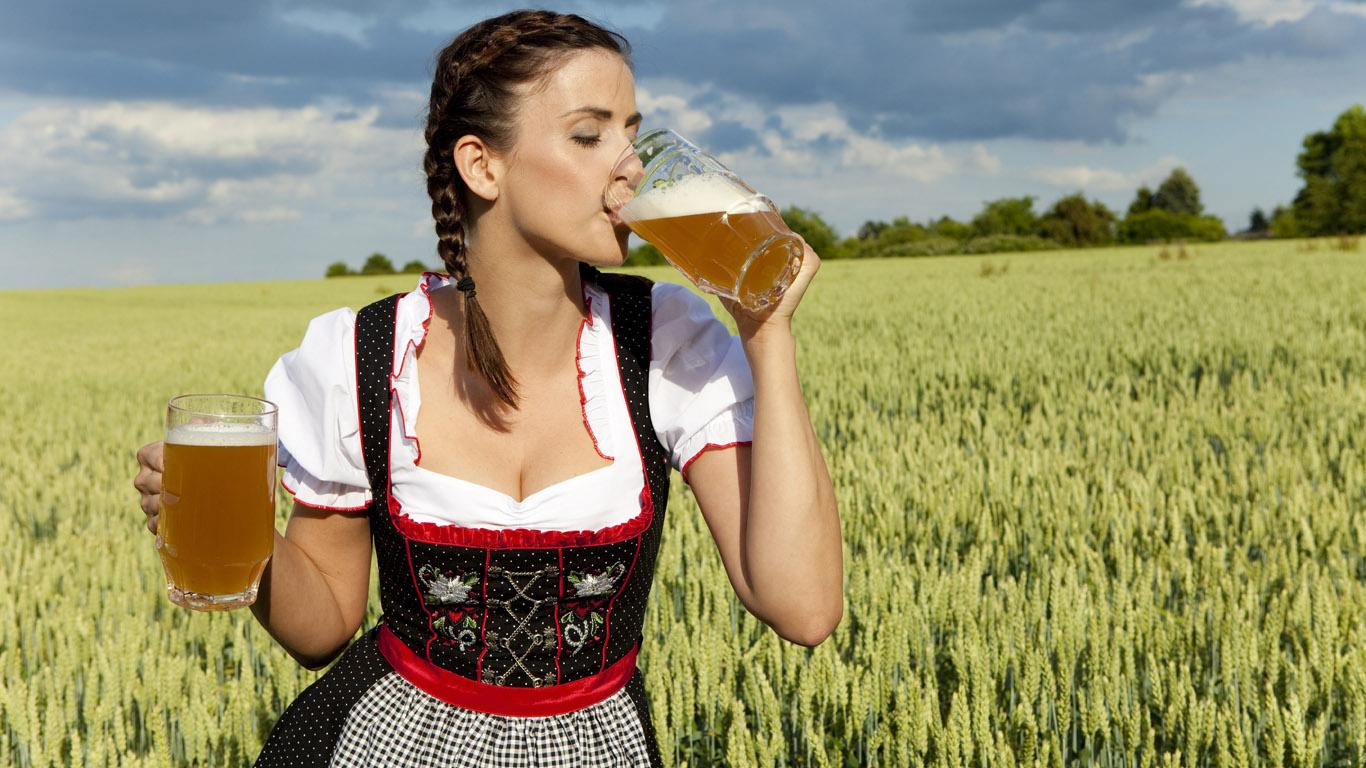 красивая девушка в поле пьет пиво, фото, обои для рабочего стола