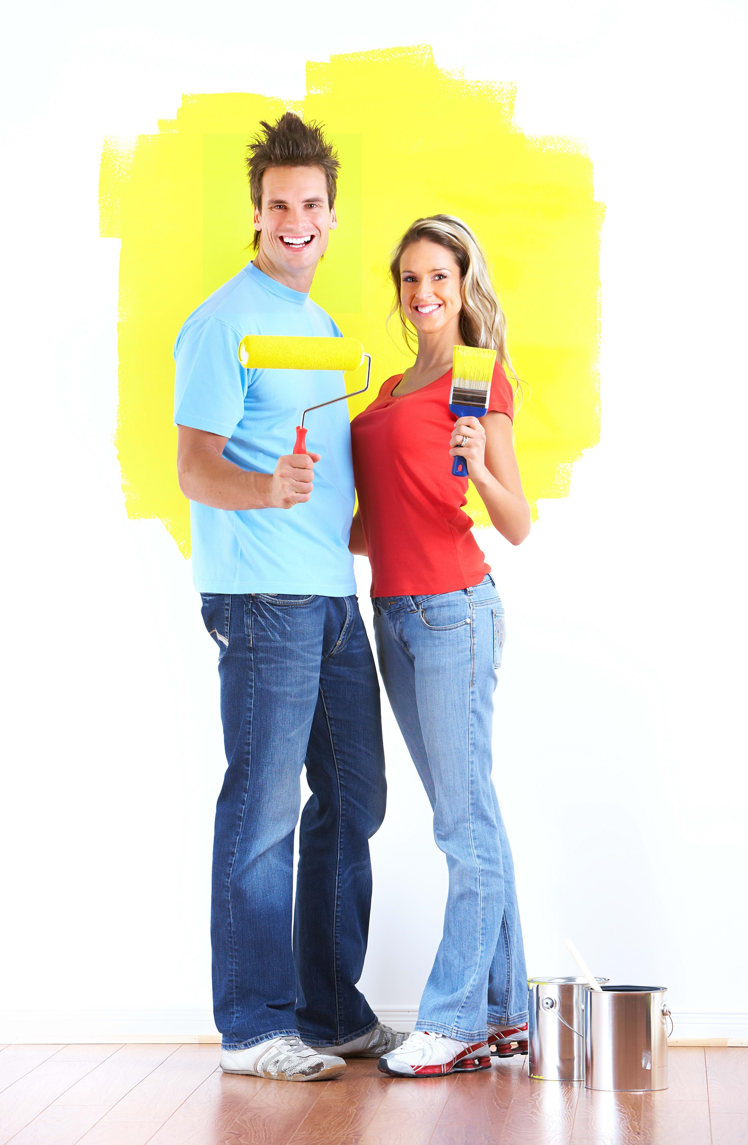 маляры, парень и девушка красят стену, фото, скачать