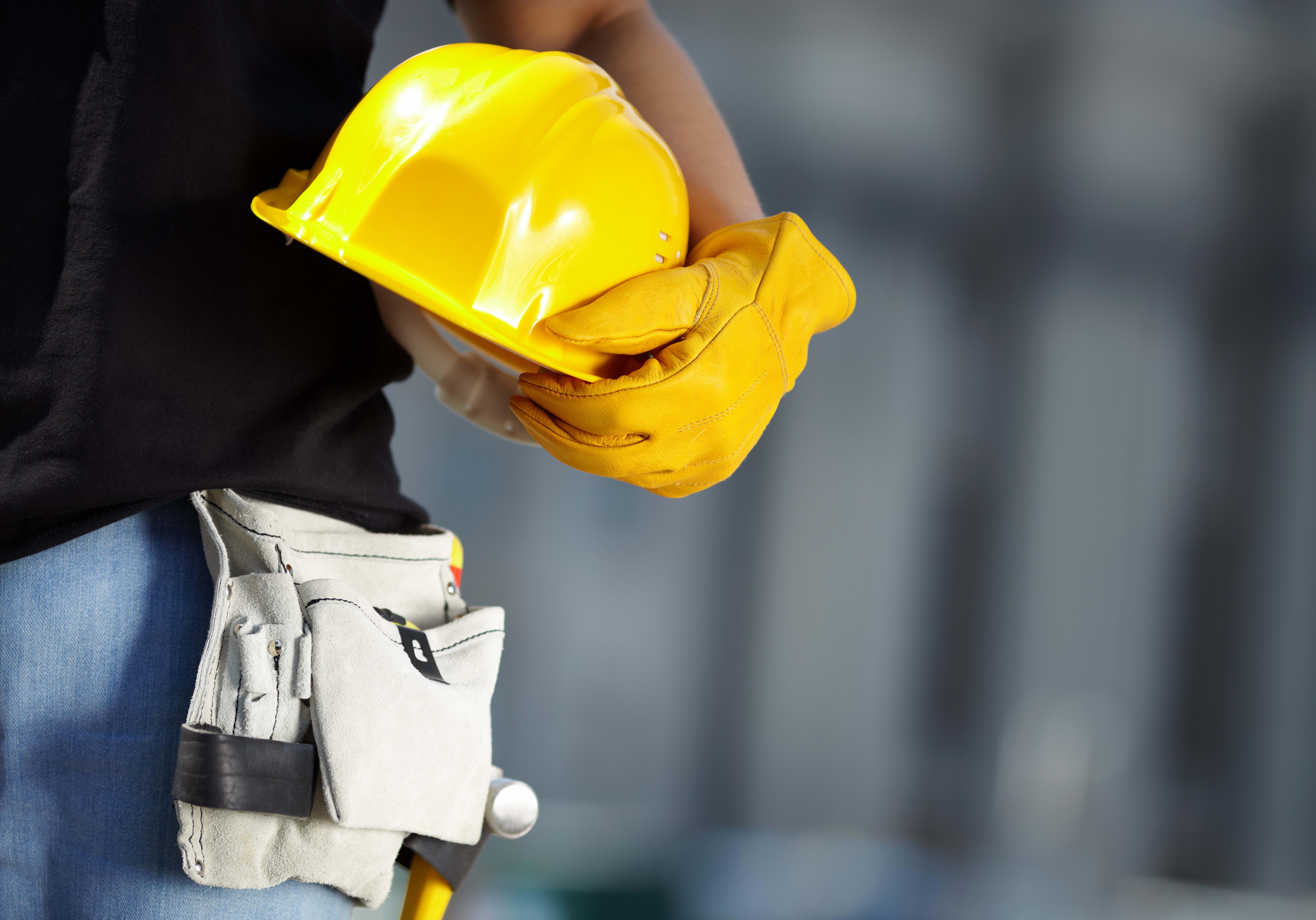 строитель держит строительную каску, фото, обои для рабочего стола, скачать