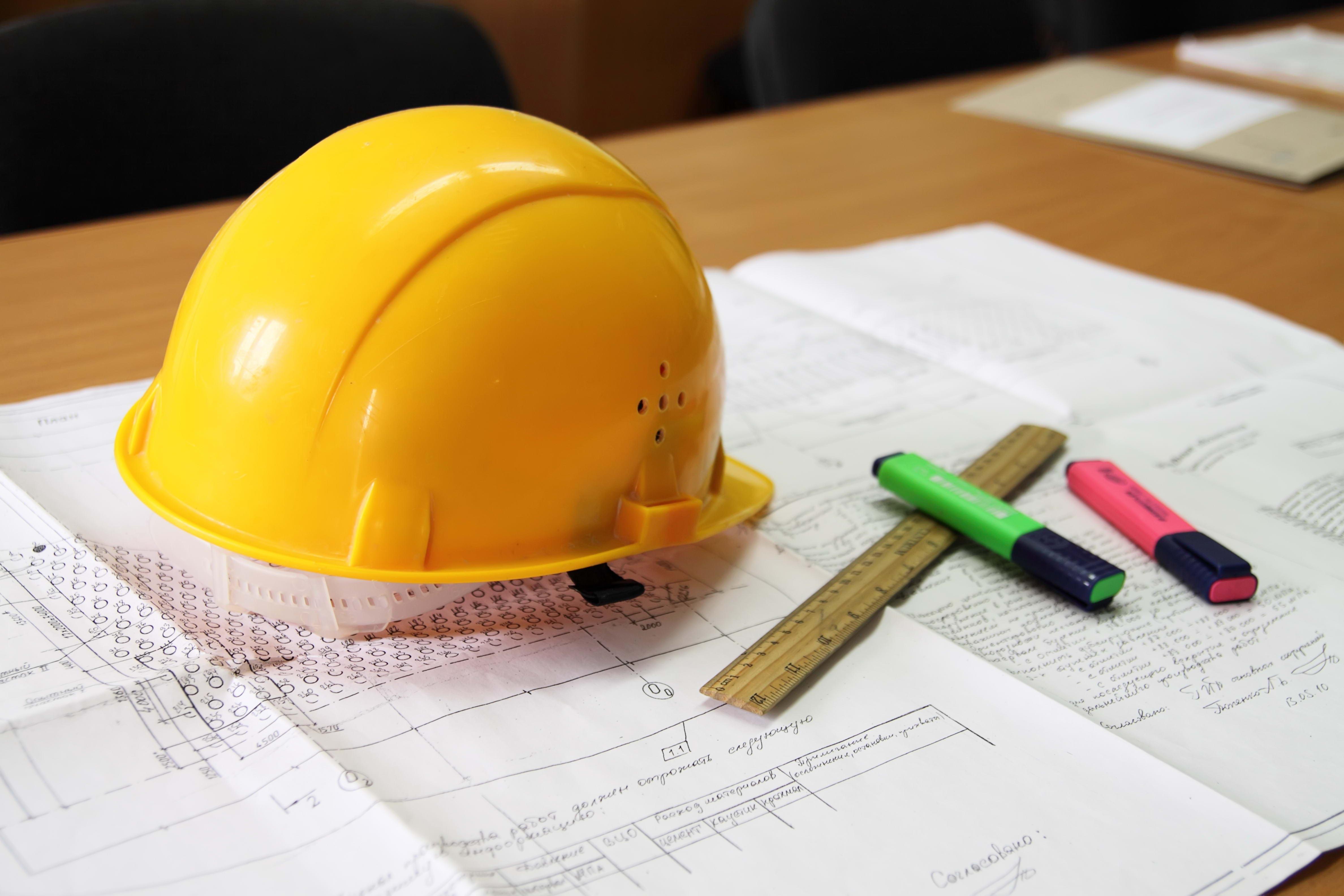 строительная каска и чертежи, фото, обои для рабочего стола
