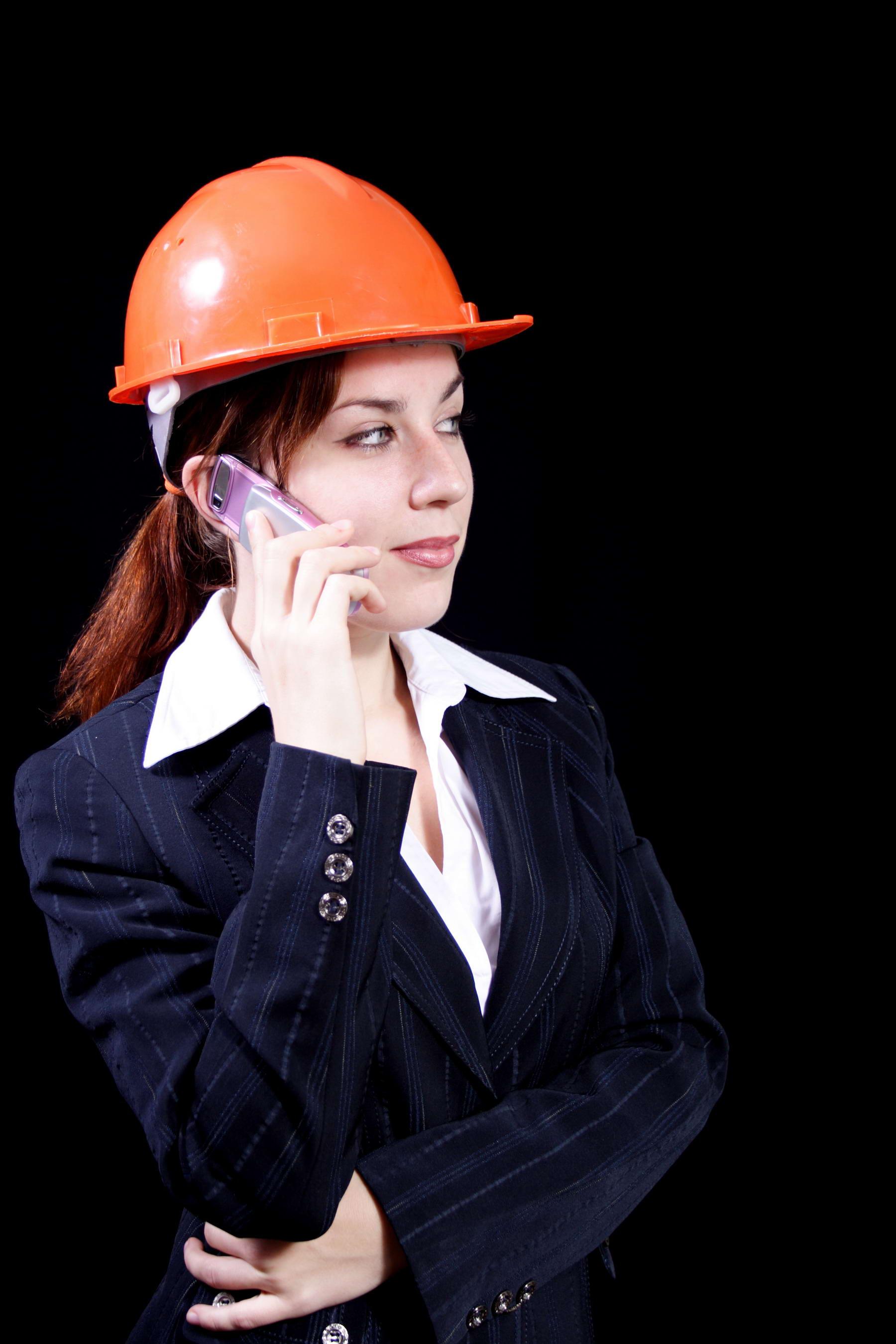 девушка строитель в каске с телефоном, скачать фото, обои для рабочего стола