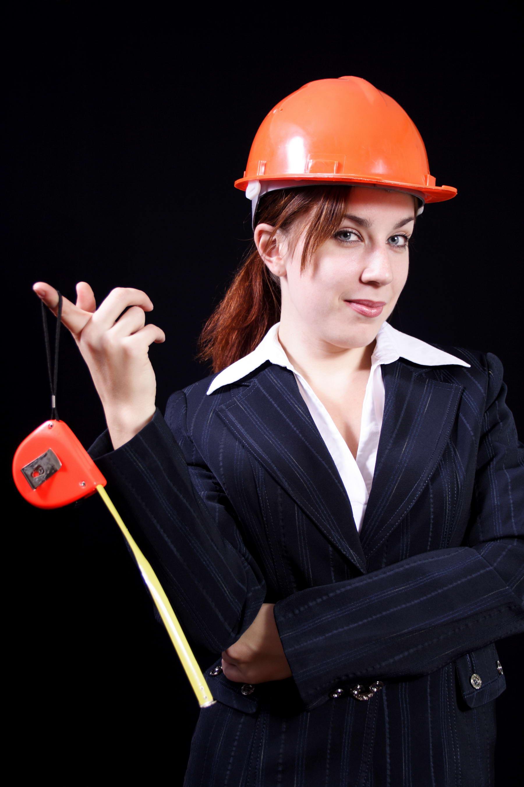 девушка строитель в каске с рулеткой, скачать фото, обои для рабочего стола