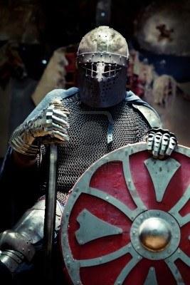 рыцарь в доспехах с мечом и в латах, скачать фото, обои для рабочего стола
