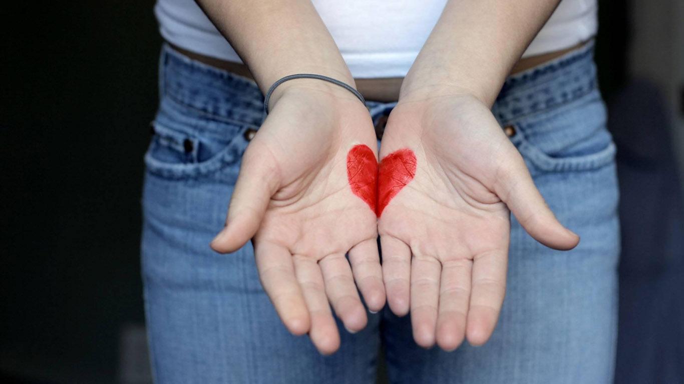 красное сердечко нарисованное на руках, скачать фото, обои для рабочего стола