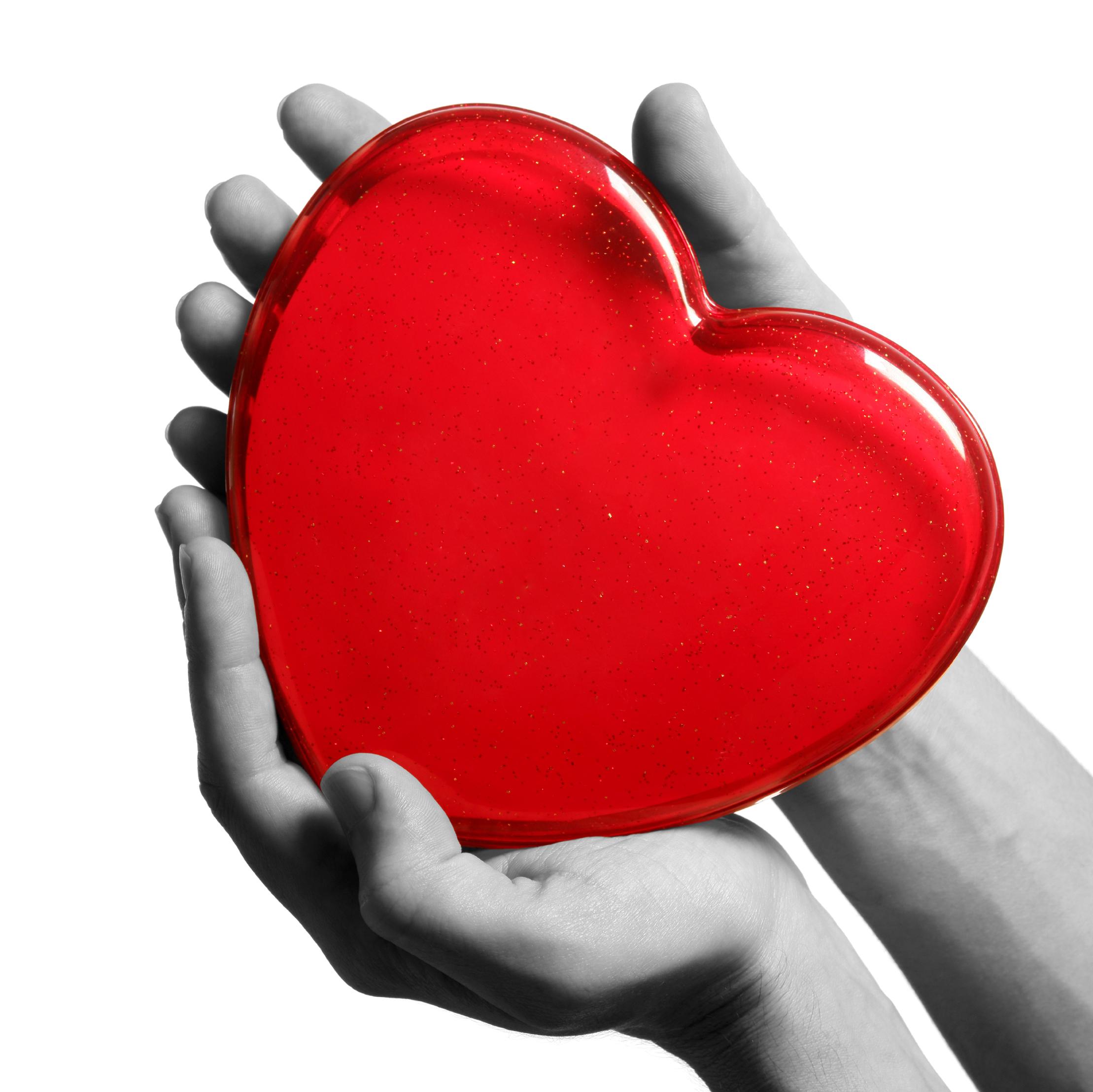 Большое красное сердце в руках, скачать фото, обои на рабочий стол, red heart in hands