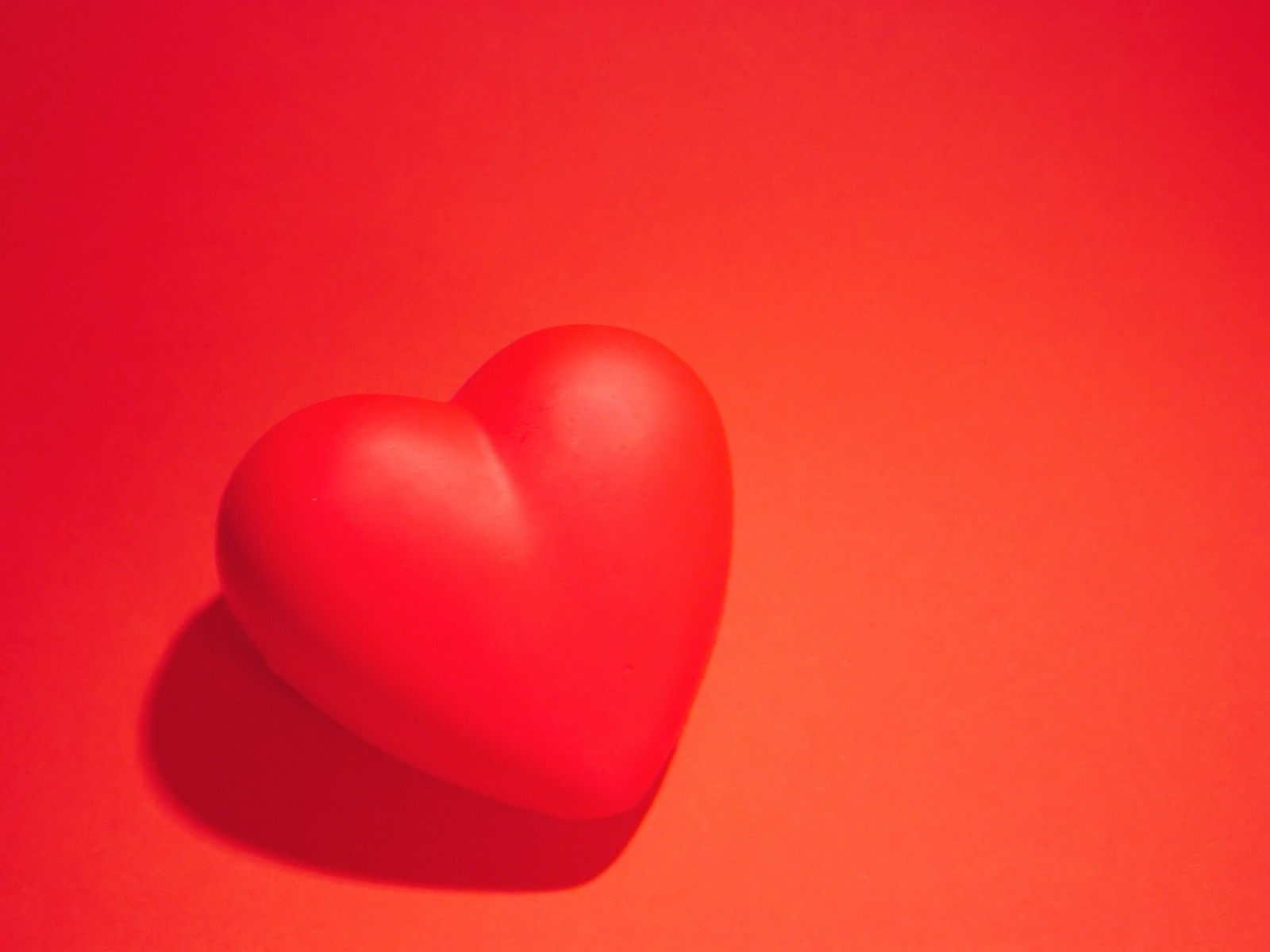 красное сердце на красном фоне, скачать фото, обои для рабочего стола