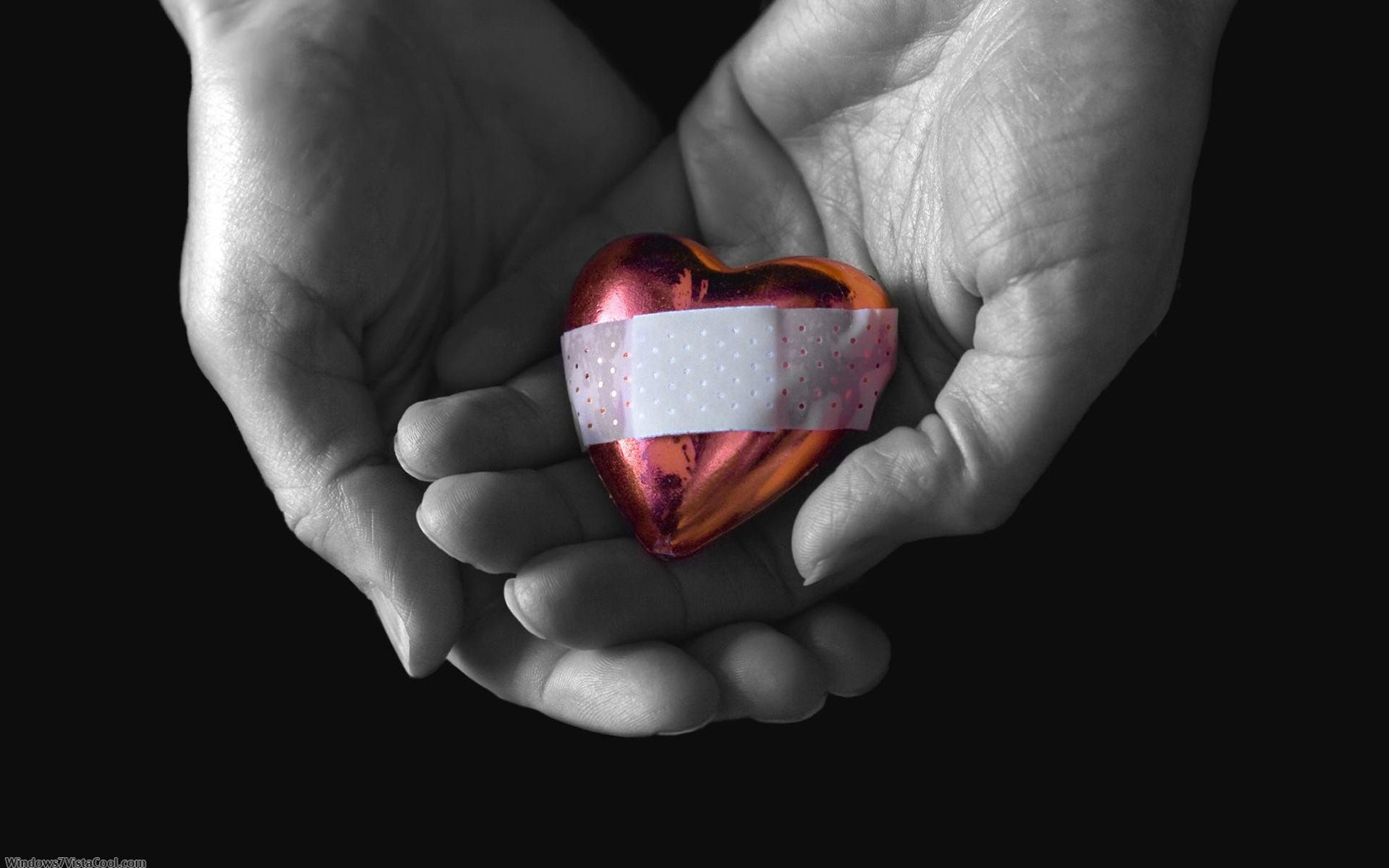 разбитое сердце в руках, скачать фото, обои для рабочего стола, broken heart in hands