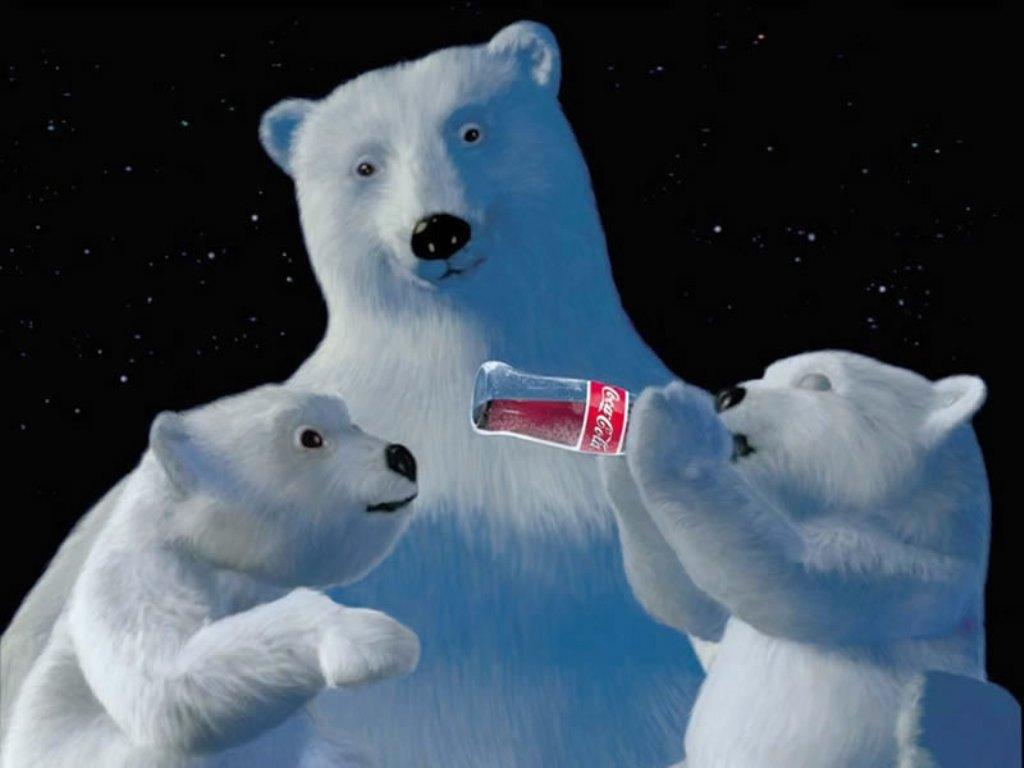 Белая медведица и медвежата, пьют кока колу, скачать фото, обои для рабочего стола