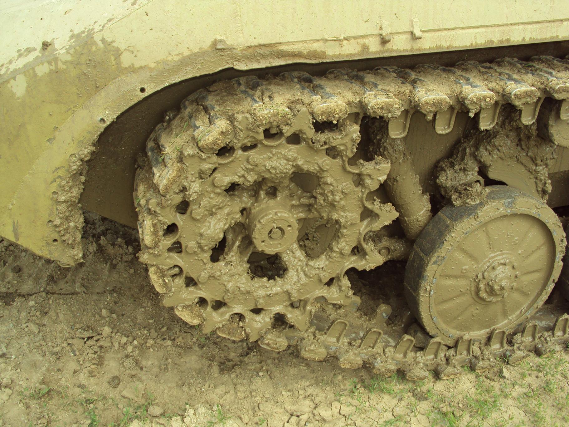 гусеница танка в грязи, скачать фото, обои для рабочего стола