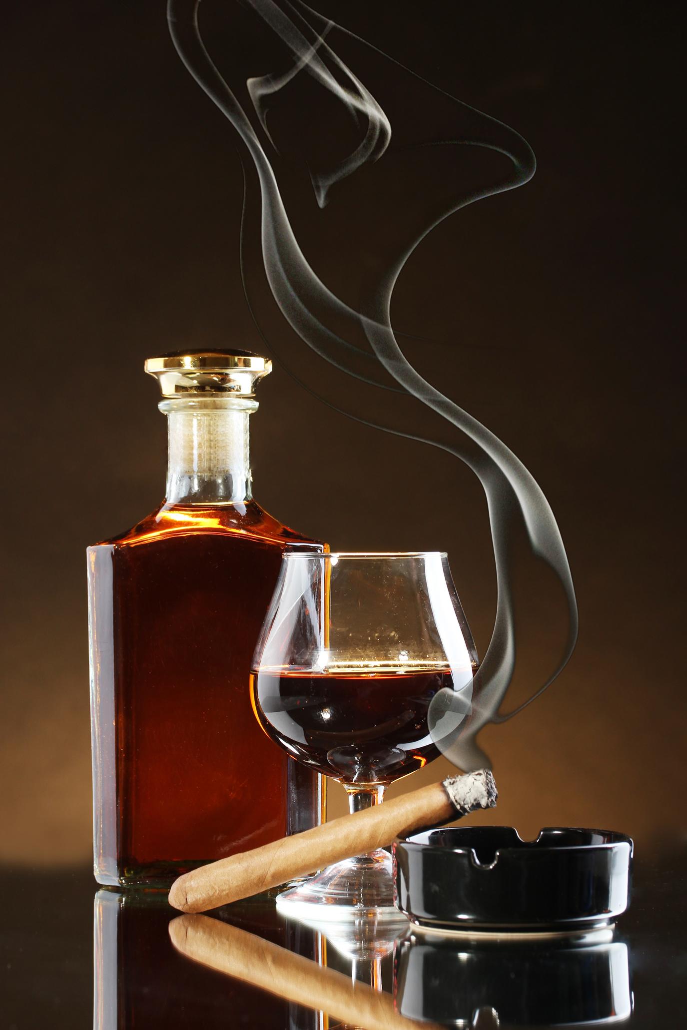 бутылка коньяка и сигара, пепельница, скачать фото, обои для рабочего стола