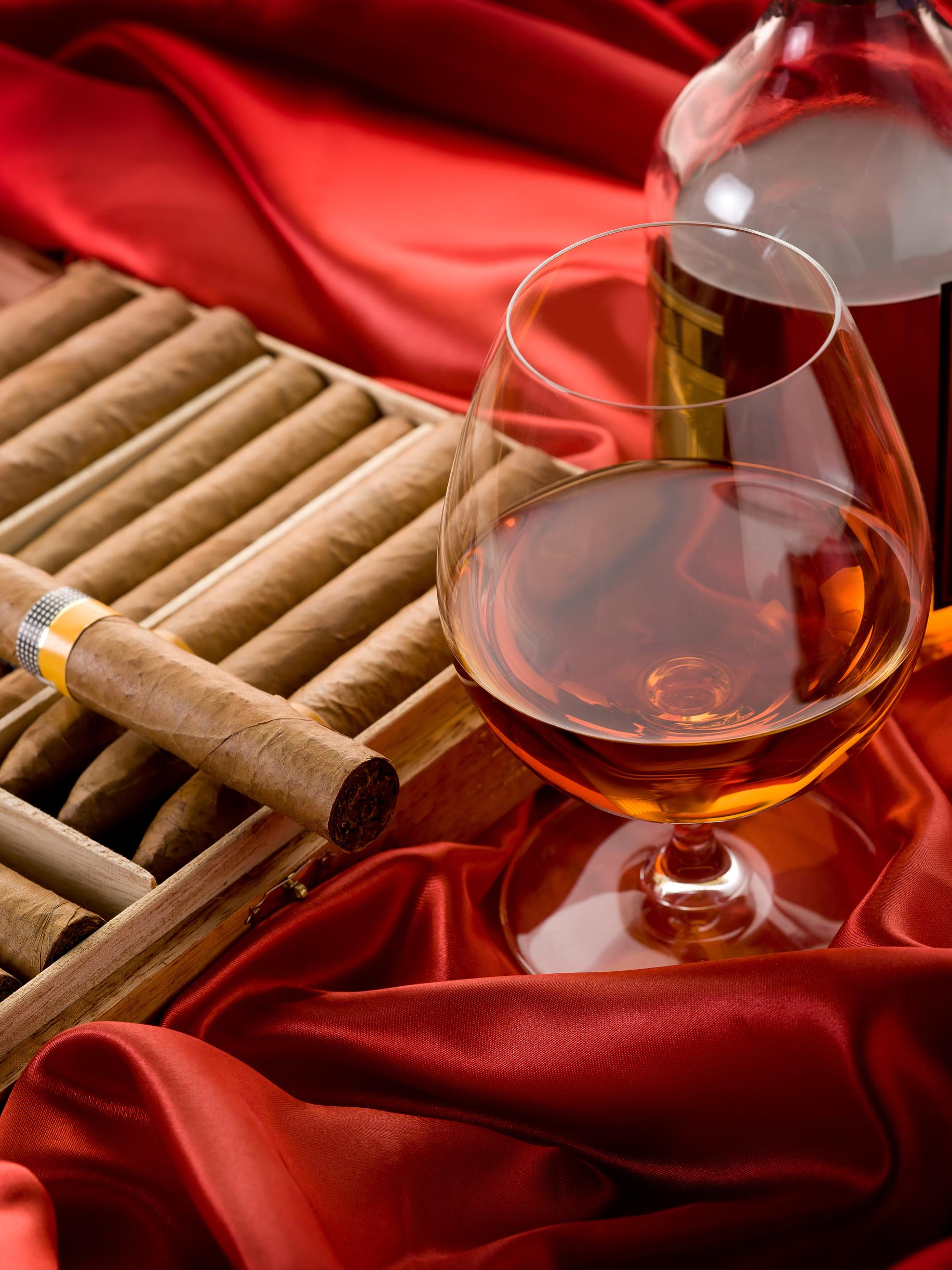 рюмка коньяка и сигары на красной ткани, скачать фото, обои для рабочего стола