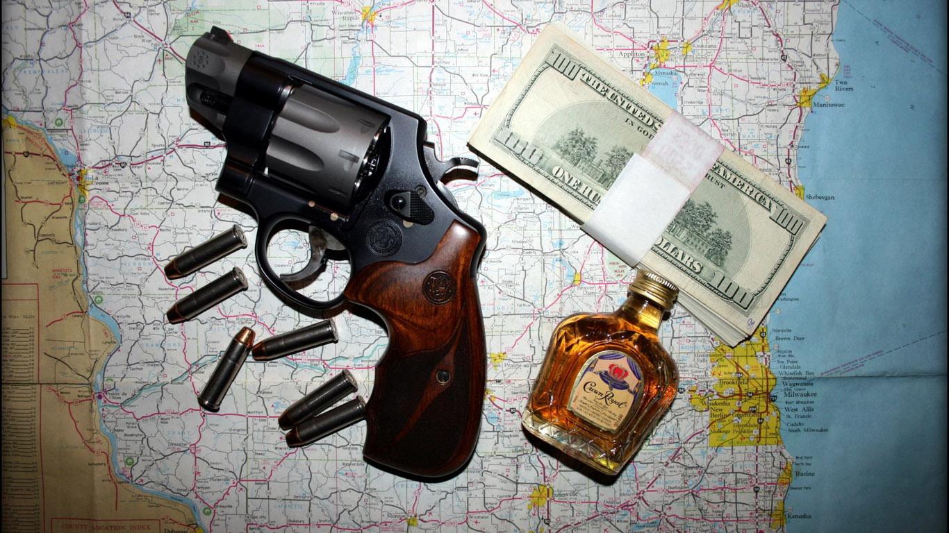 карта, деньги, револвер и бутылка коньчка, скачать фото, обои для рабочего стола