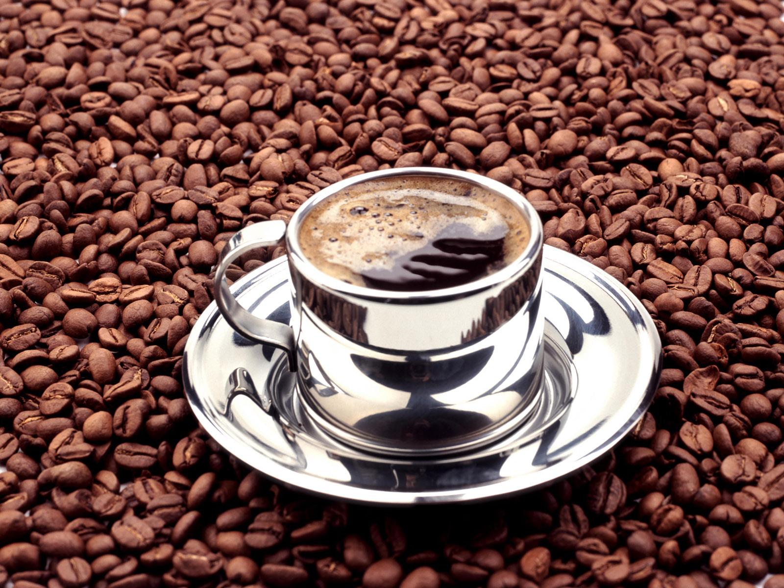 чашка кофе стоит на зернах, скачать фото, обои для рабочего стола
