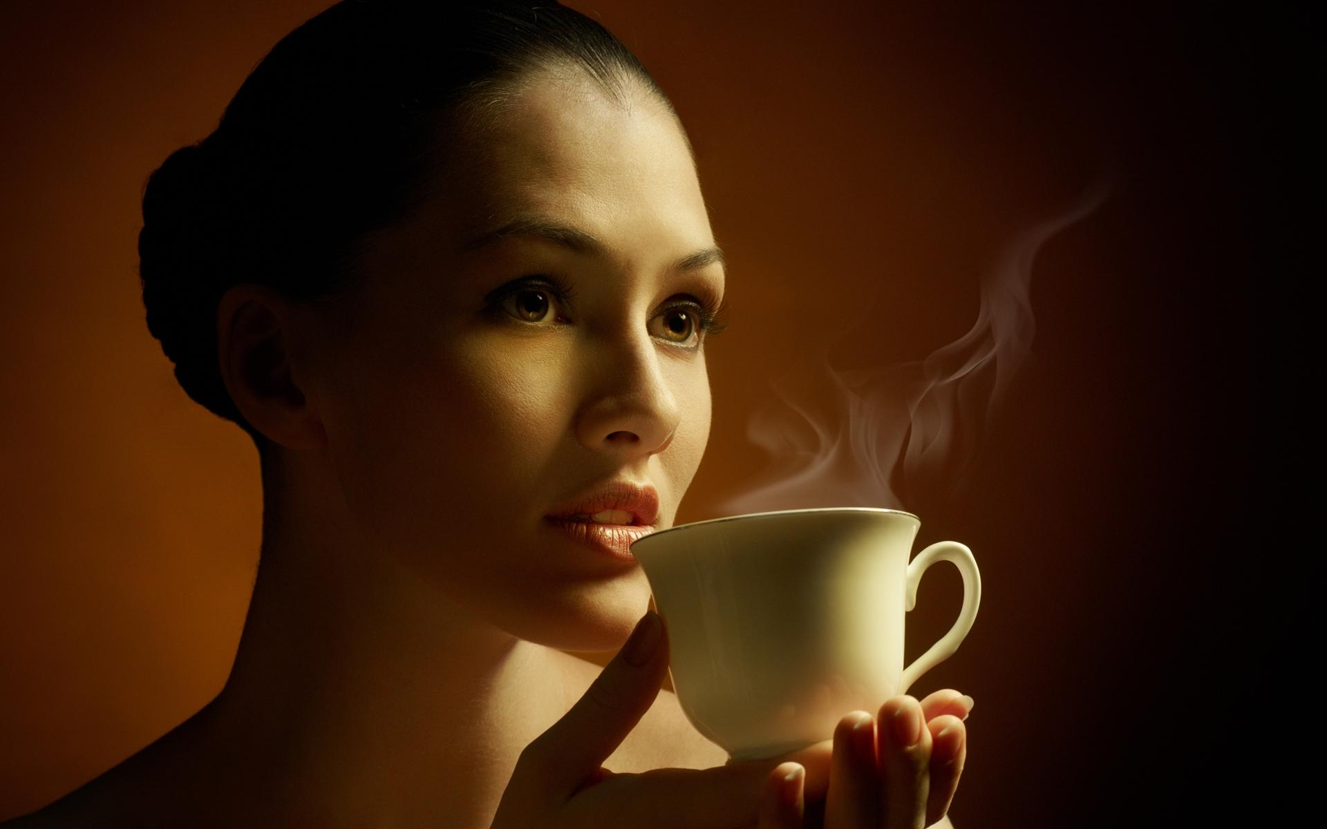 красивая девушка держит в руках чашку горячего кофе, скачать фото, обои для рабочего стола