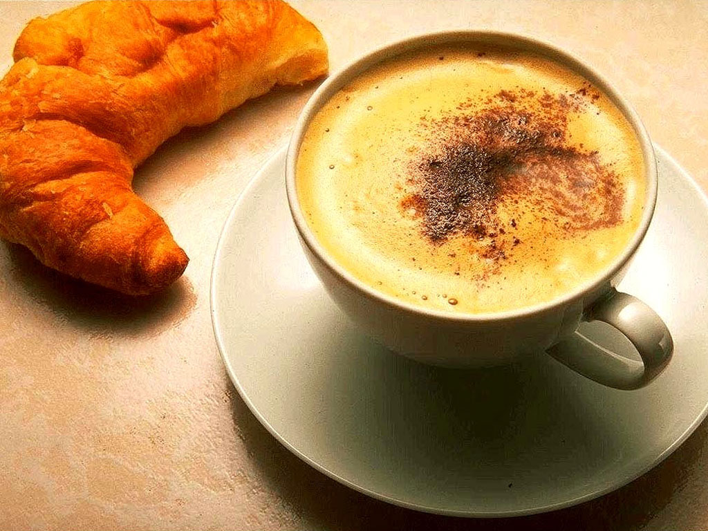 кофе со сливками и с булочкой, скачать фото, обои на рабочий стол