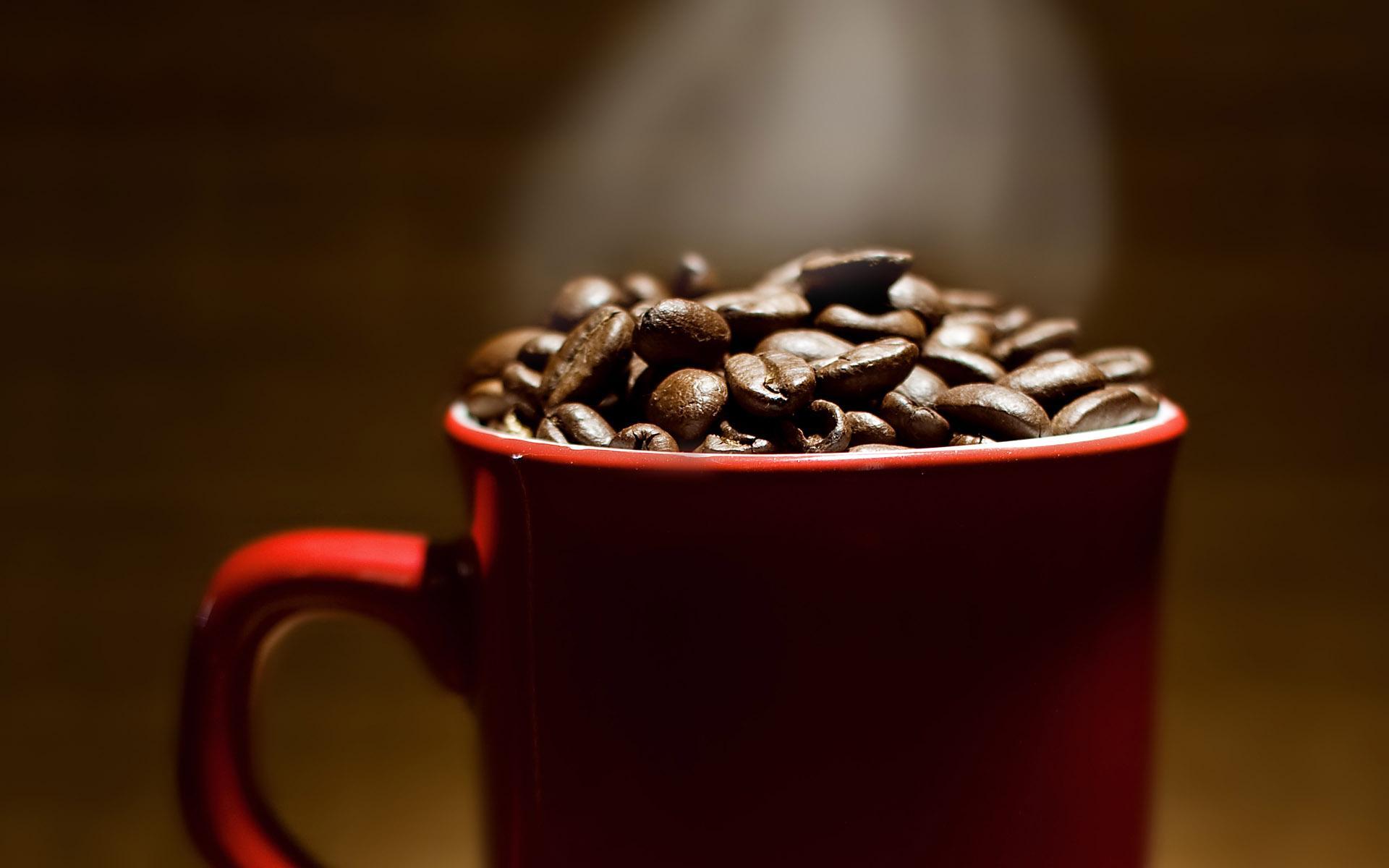 кофейные зерна в красной кружке, скачать фото. обои для рабочего стола