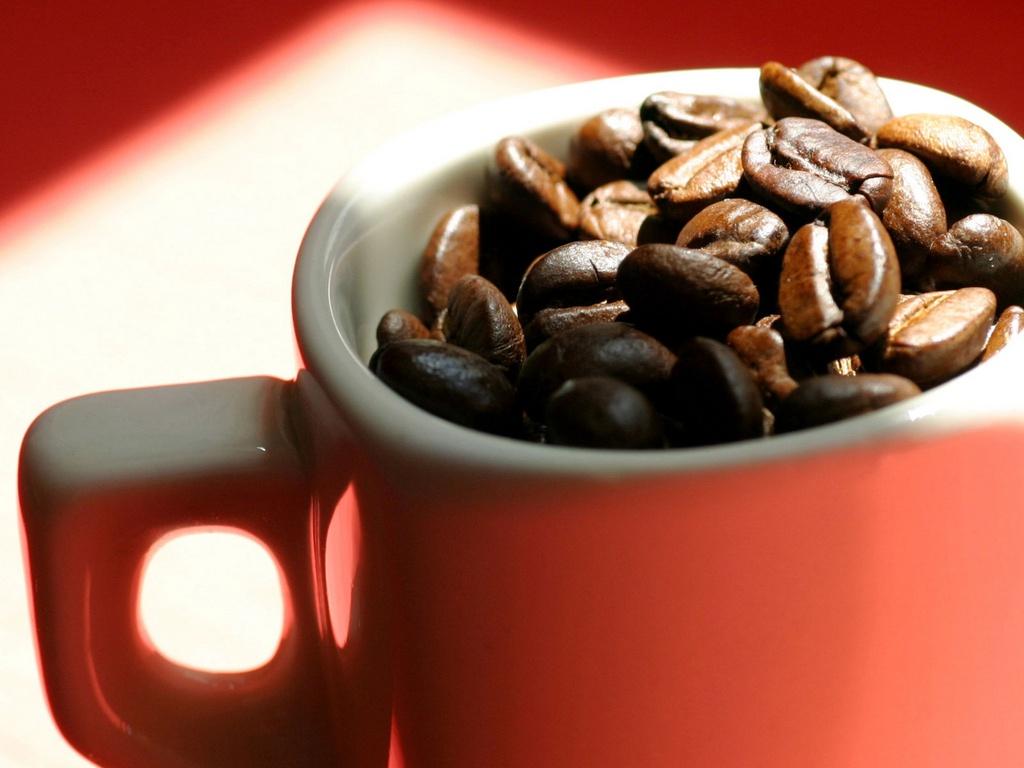 красная кружка, кофейные зерна, скачать фото, обои на рабочий стол