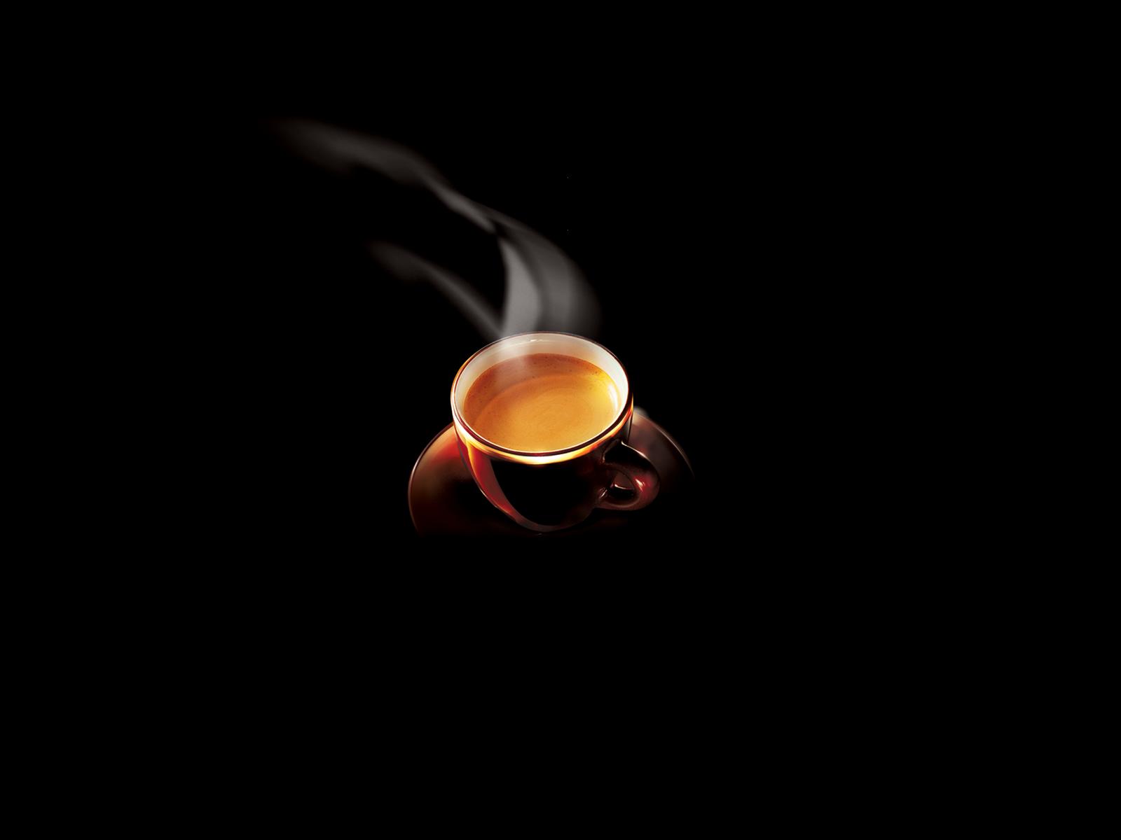 чашка кофе на черном фоне, скачать фото, обои на рабочий стол, горячий кофе со сливками