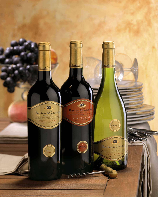 три бутылки с вином, виноград, скачать обои для рабочего стола
