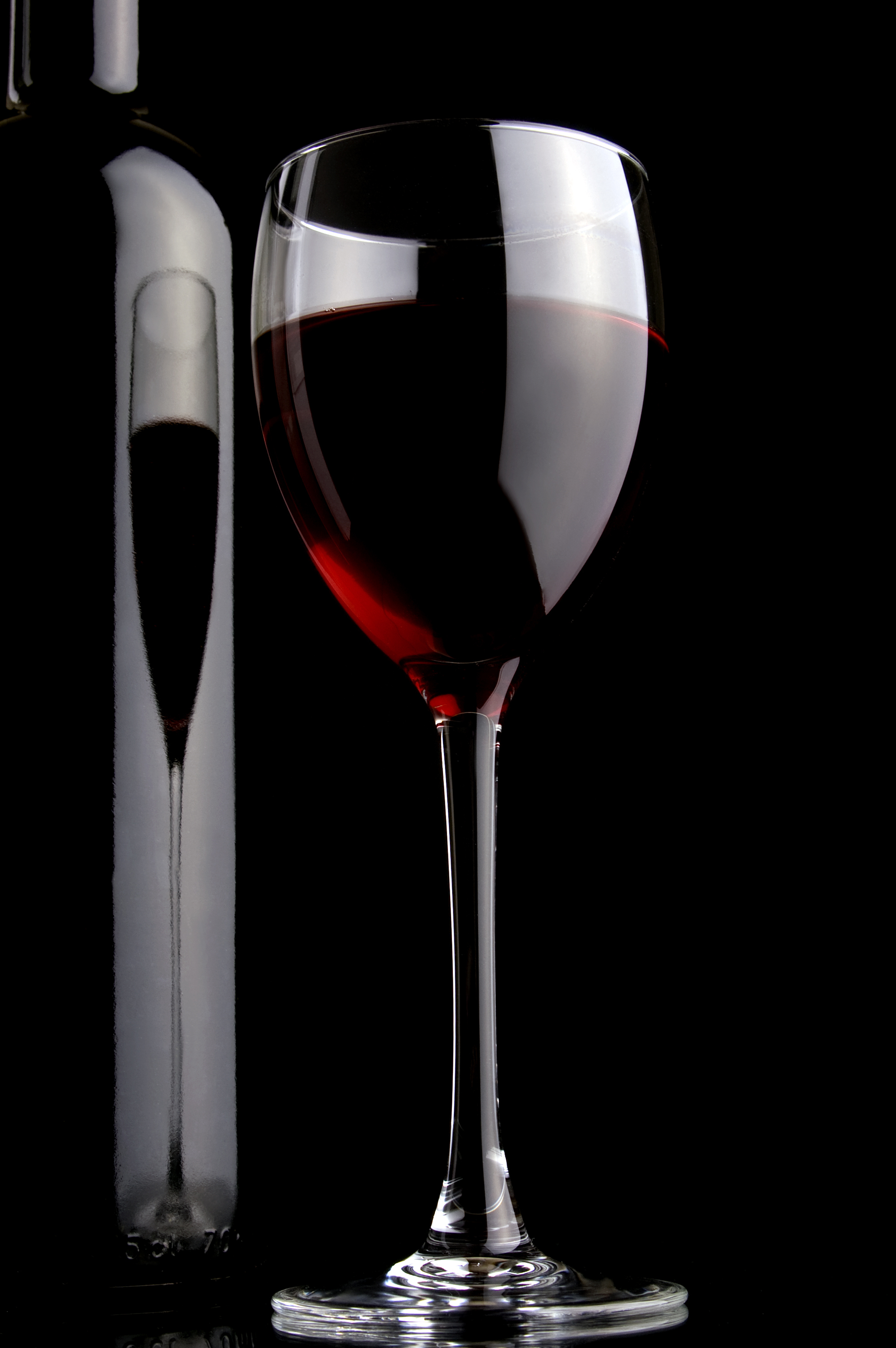 бутылка с красным вином и бокал вина, скачать фото