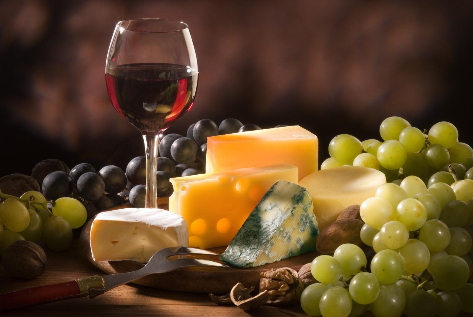 виноград и красное вино, бокал вина, скачать фото, натюрморт, обои на рабочий стол