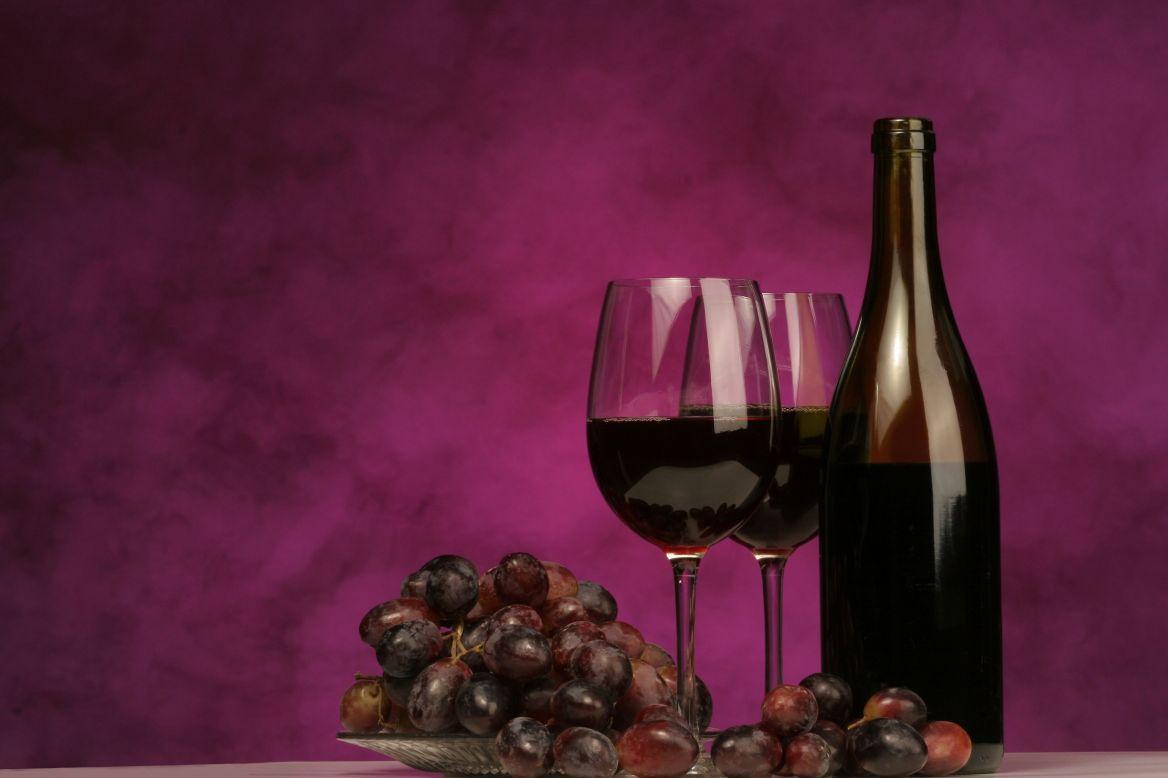 красное вино, два бокала с вином, бутылка вина, скачать фото, обои на рабочий стол