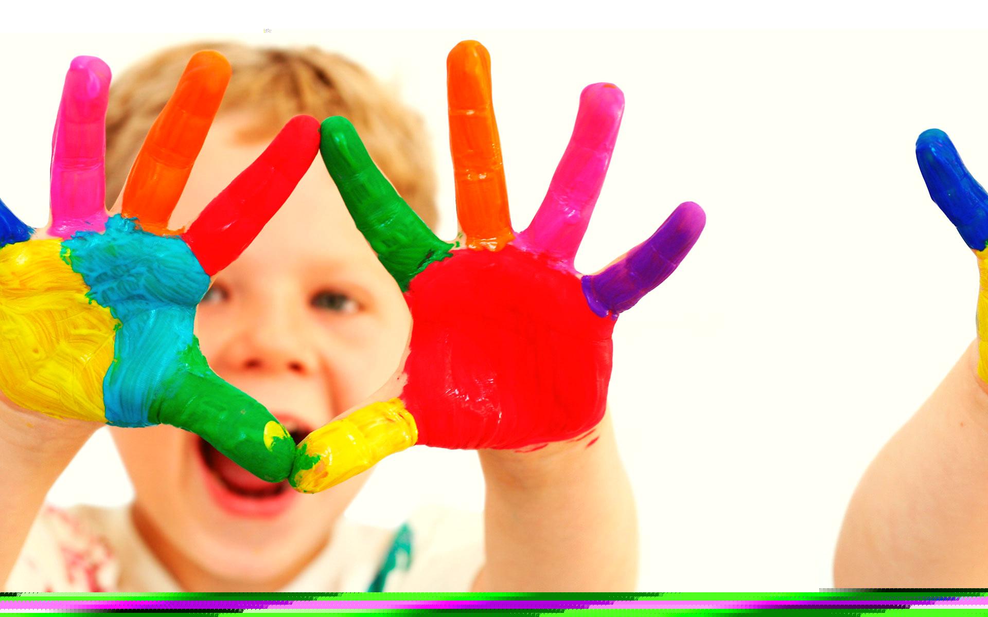 ребенок с руками в краске, все цвета радуги, скачать фото, обои на рабочий стол