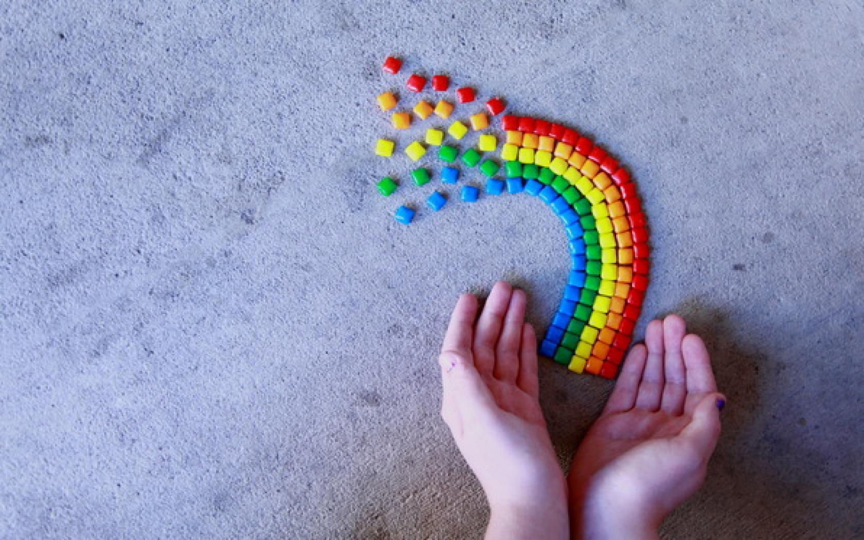 детские руки, держат радугу, обои для рабочего стола