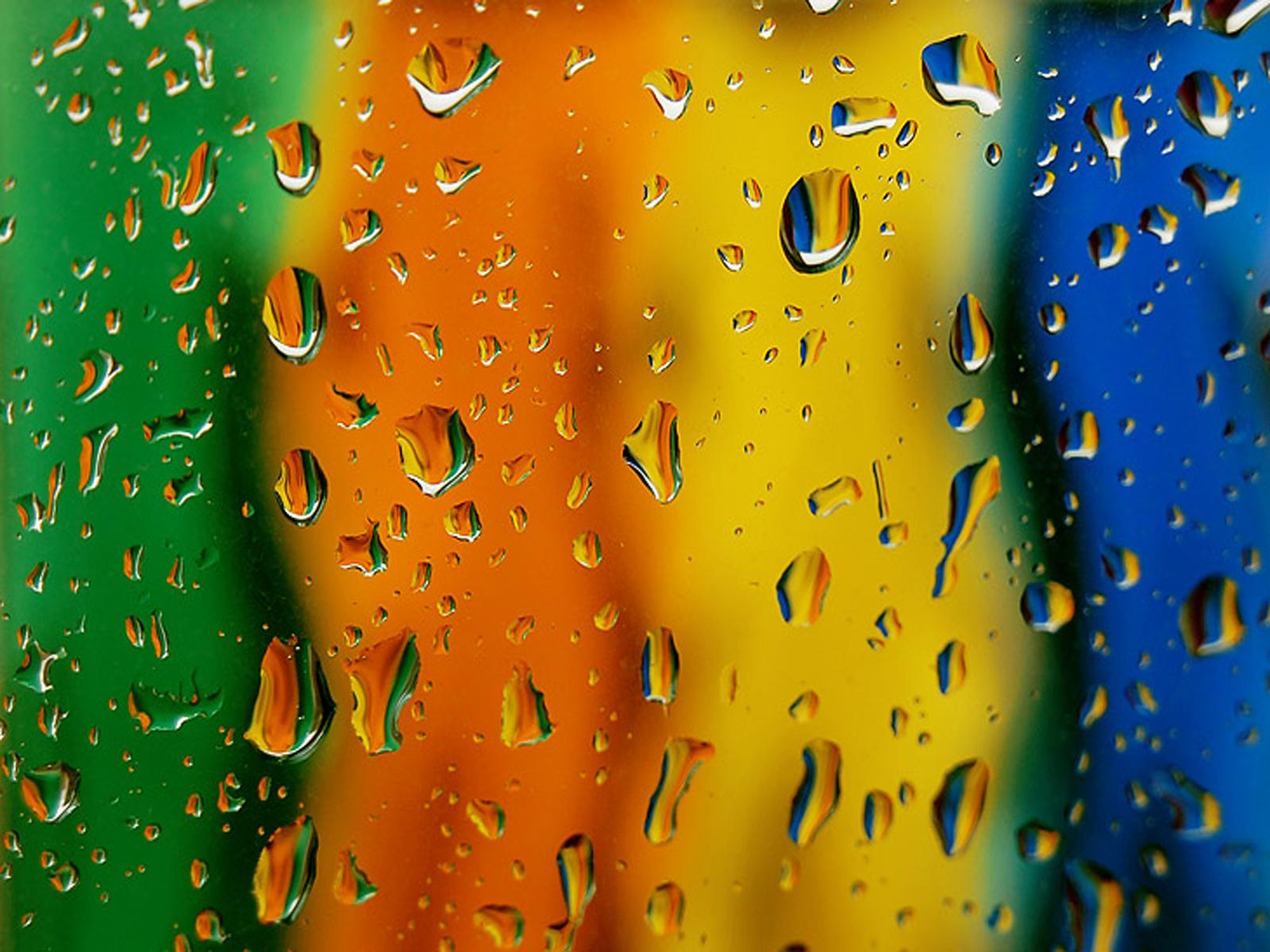 радуга за стеклом, капли воды. брызги воды на стекле. скачать фото, обои для рабочего стола