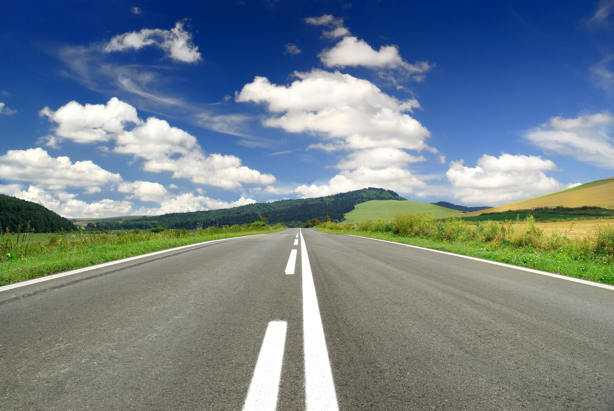 прямая асфальтовая дорога, уходящая вдаль за горизонт, скачать фото, шоссе