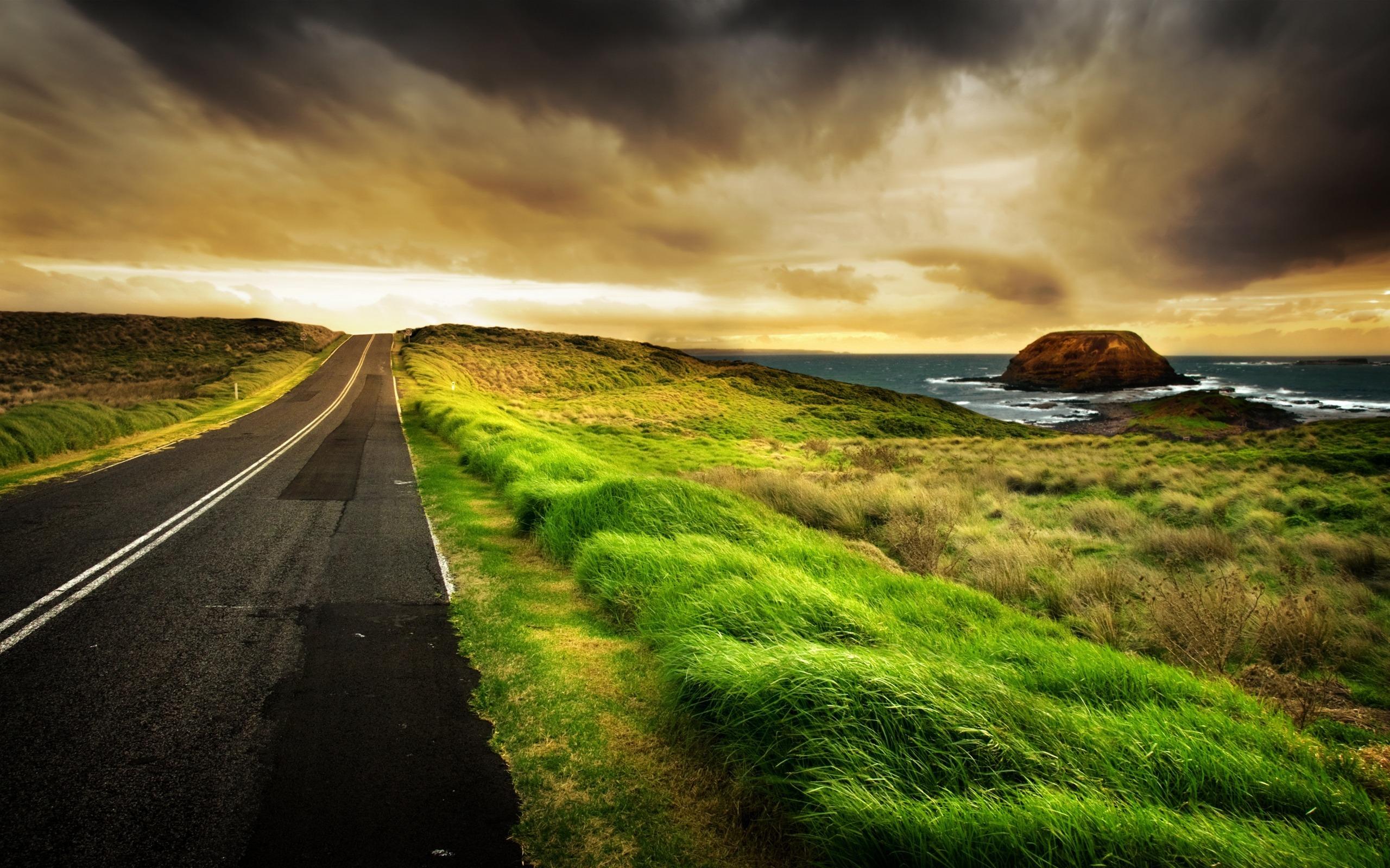 прямое шоссе вдоль травы, зеленая травка, асфальт, скачать фото
