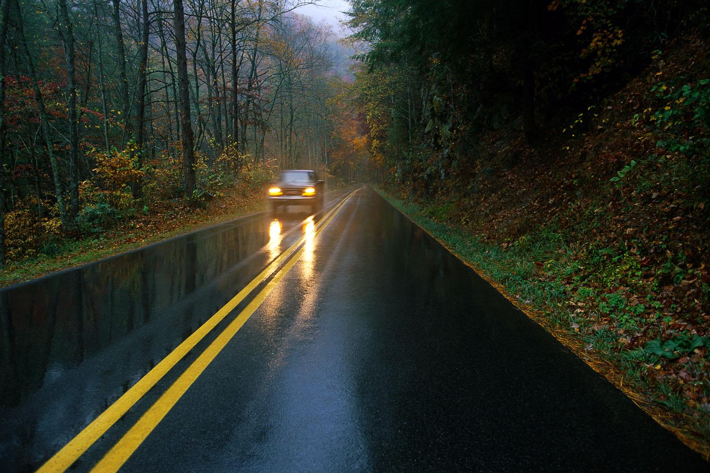 дождь, шоссе, одинокая машина, дорога, скачать фото, обои для рабочего стола