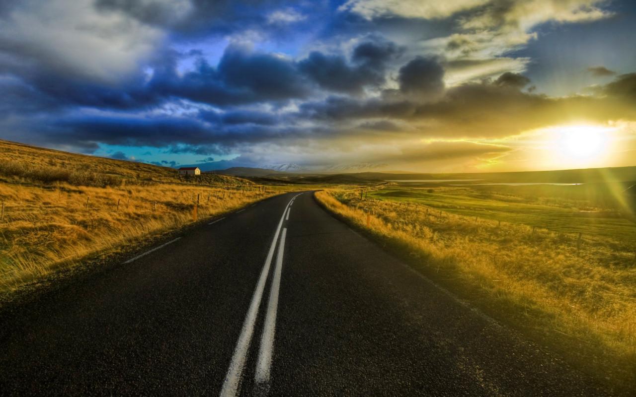 прямая асфальтовая дорога, закат, скачать фото