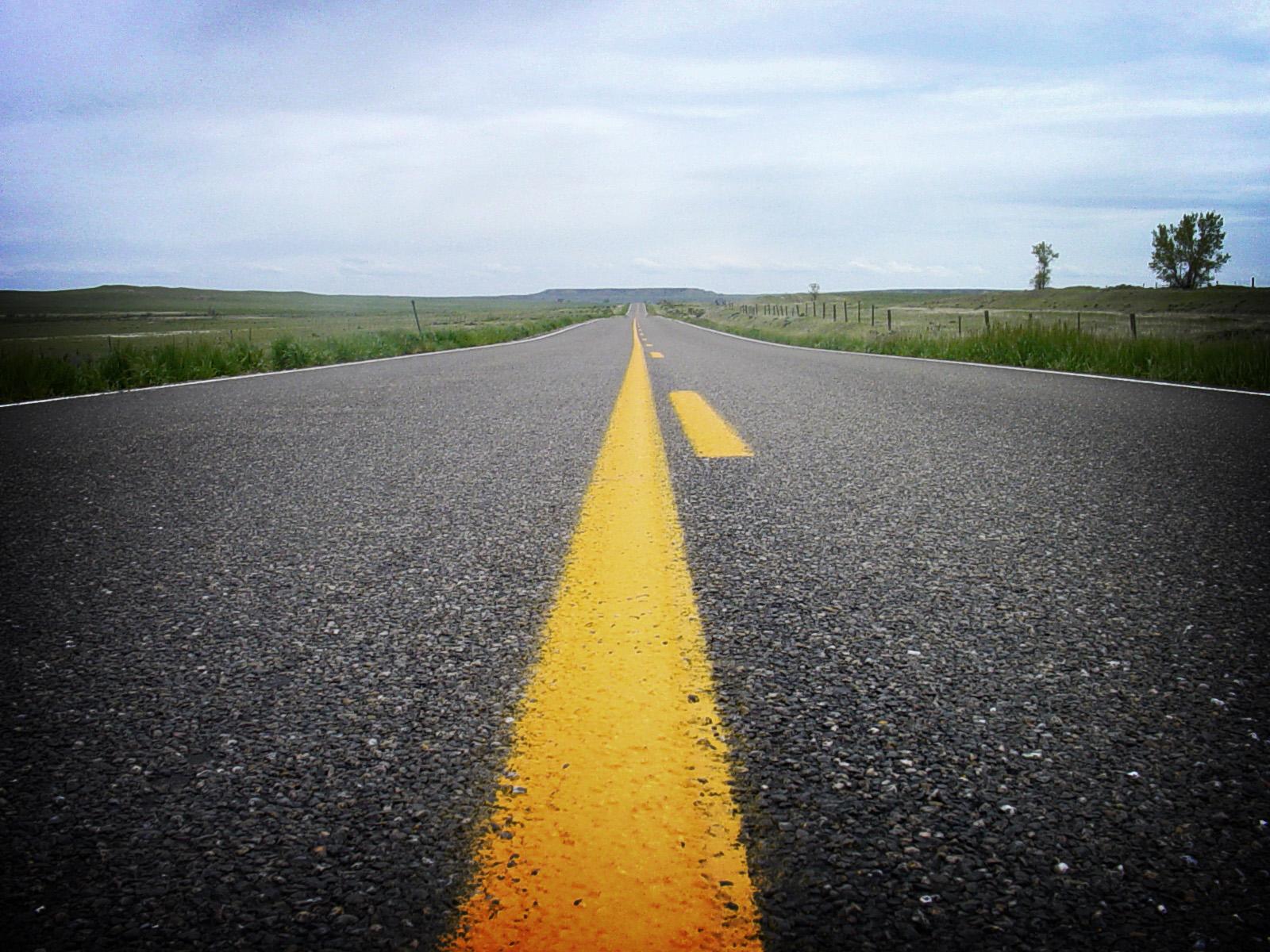 Желтая разделительная полоса на дороге, скачать фото, обои на рабочий стол
