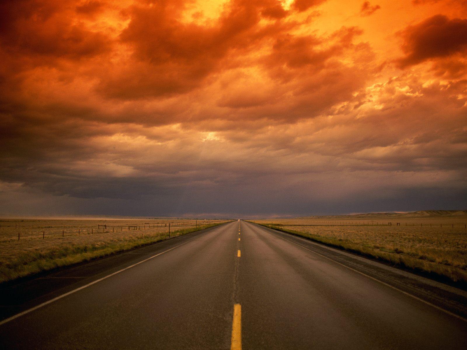 закат и прямая асфальтова дорога, белая дорожная разметка, скачать фото, обои на рабочий стол, road wallpaper