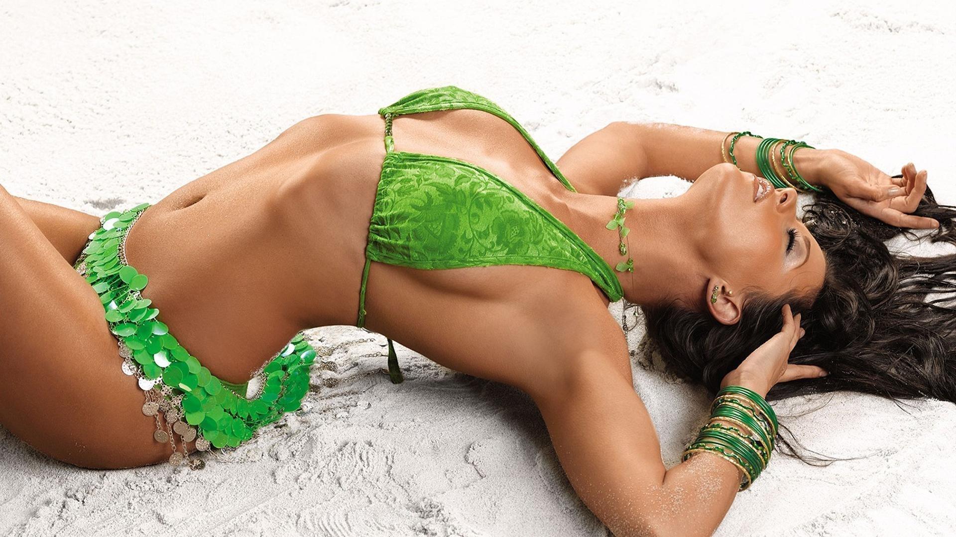сексуальная крошка в зеленом купальнике, скачать фото, обои на рабочий стол